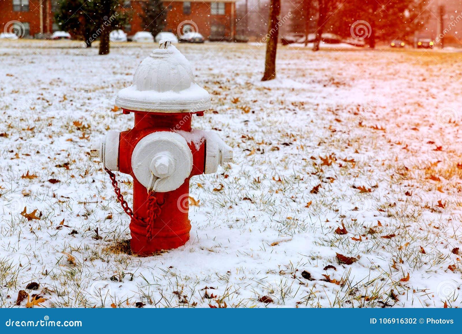 Hydrant im Winter, auf Schnee bedeckte Straße
