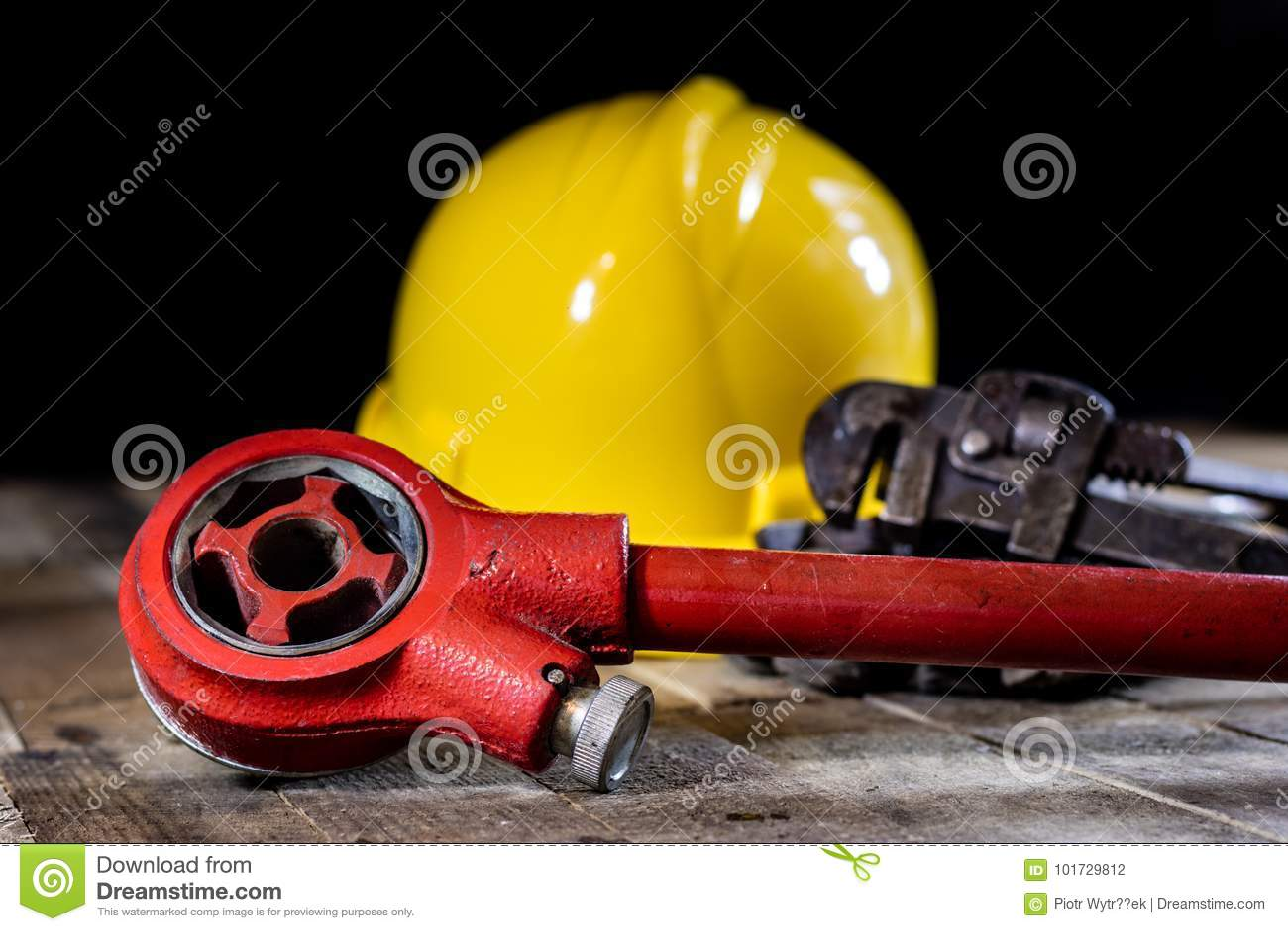 Hydraulika, narzędzia dla hydraulika na drewnianym stole Warsztat, zgłasza a