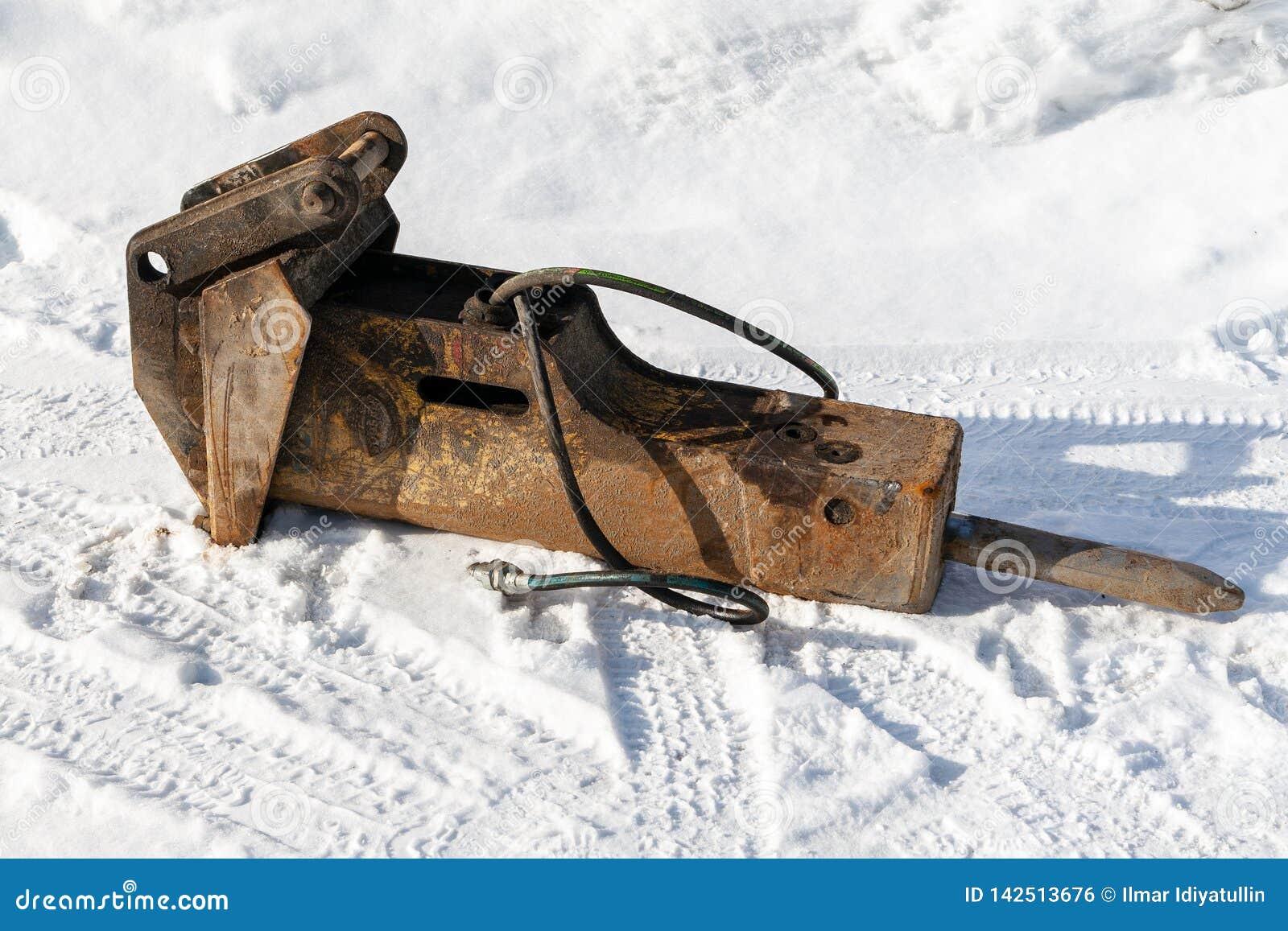 Hydraulisk krossande hammare i snön