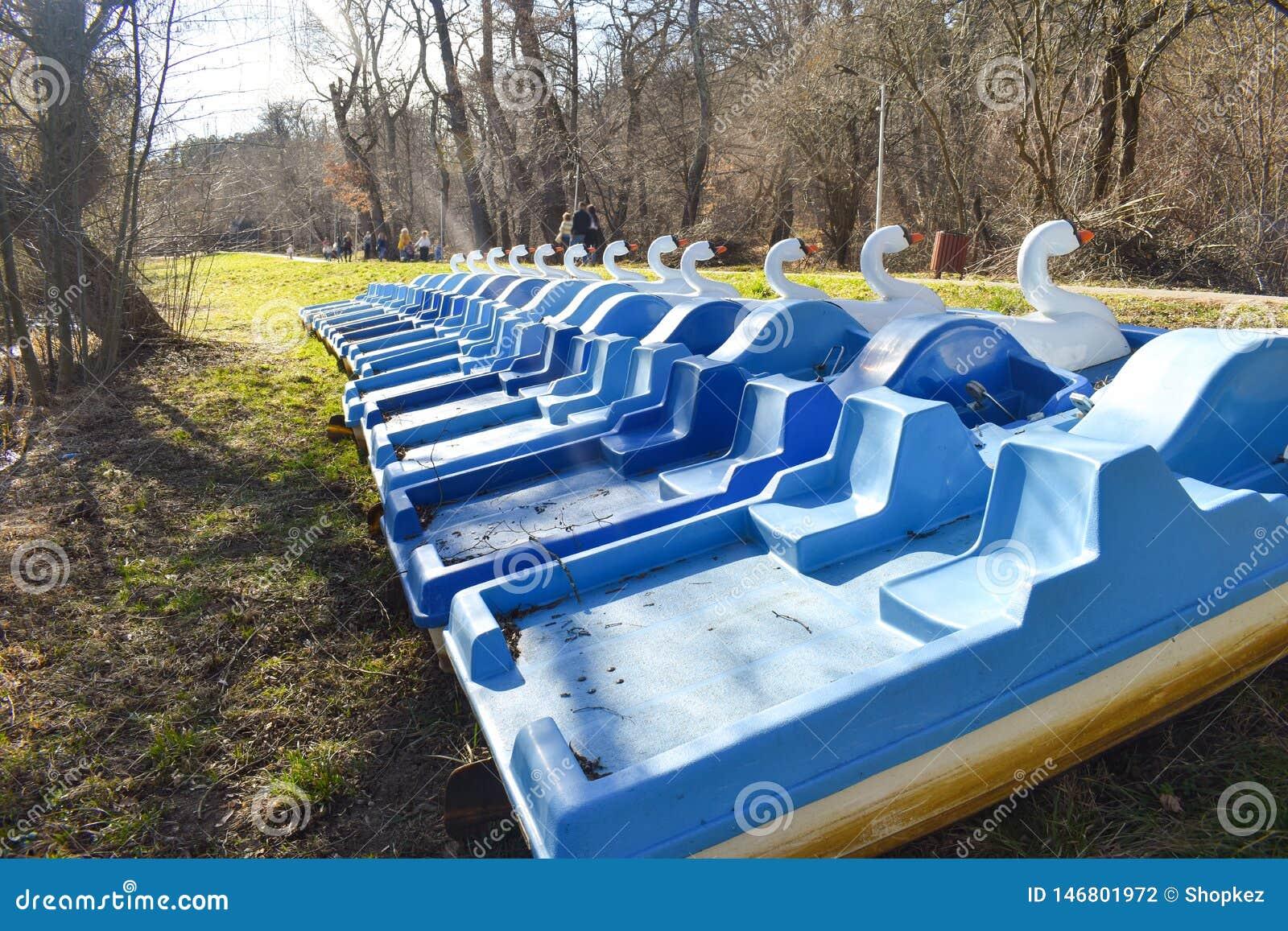 Hydrobikes lub woda jecha? na rowerze z kaczka kszta?tem blisko parkowych jeziornych czekanie turyst?w dla zabawy