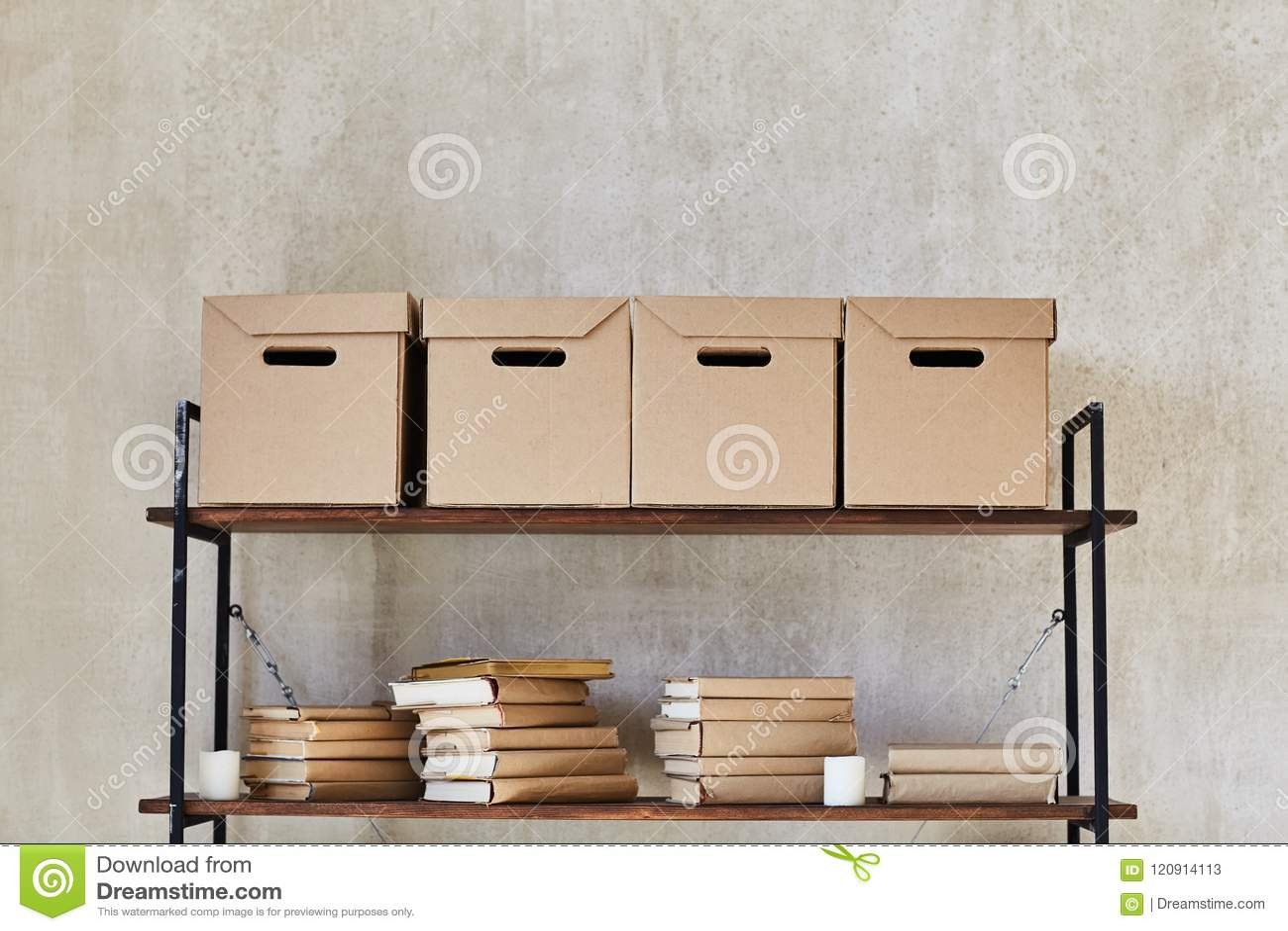 Hylla med askar och böcker
