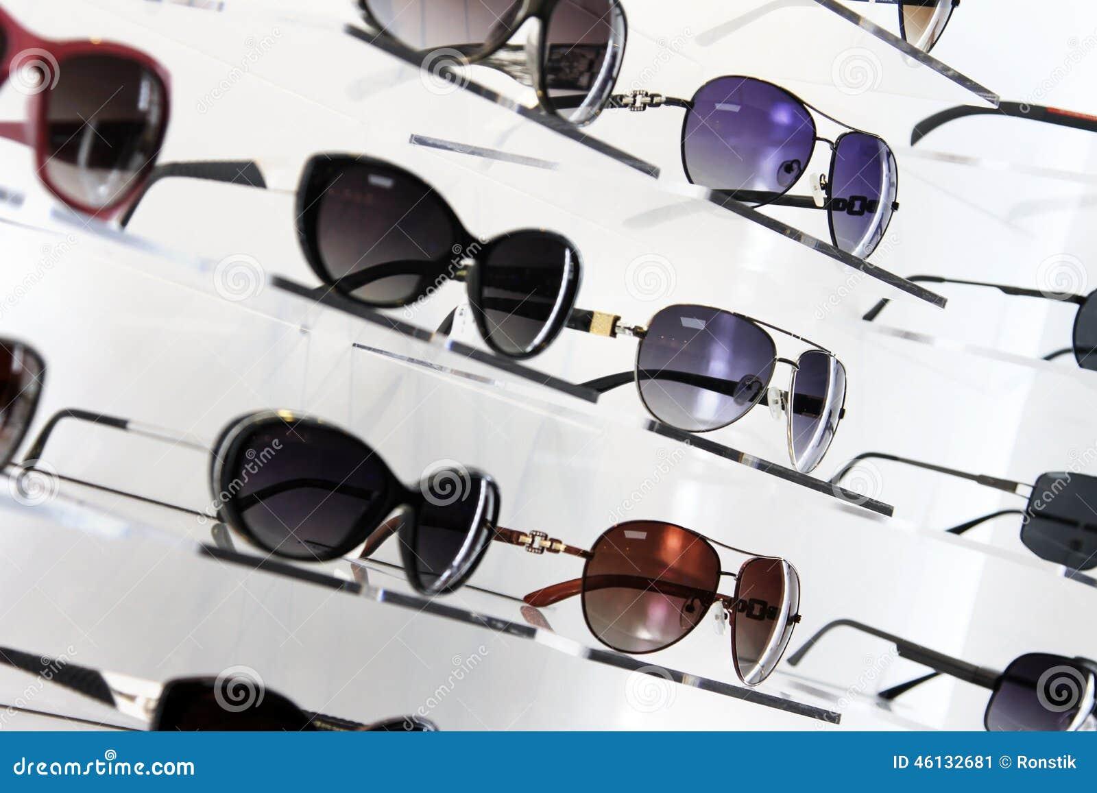 Hyllor med solglasögon