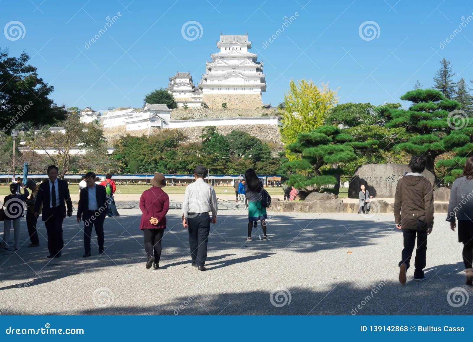 Hyogo, ЯПОНИЯ - 25-ое октября 2017: Много туристов для посещения замка Himeji известный турист