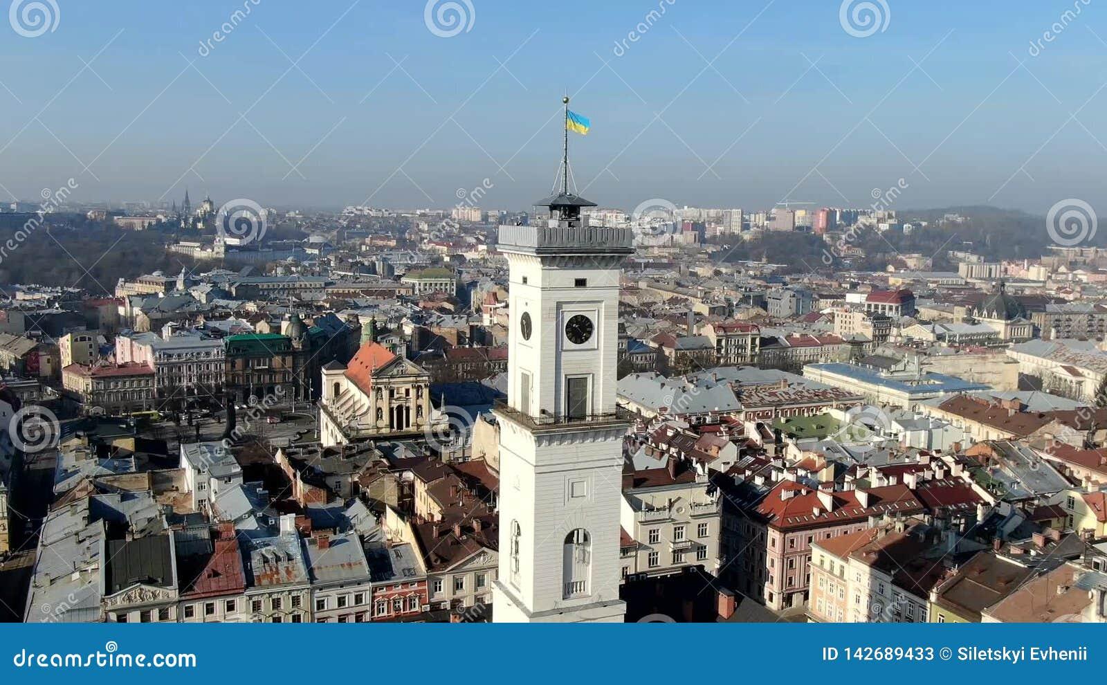 Hyper Zeitspanne des Rathauses in Lemberg, Ukraine, Luftschuß stock video