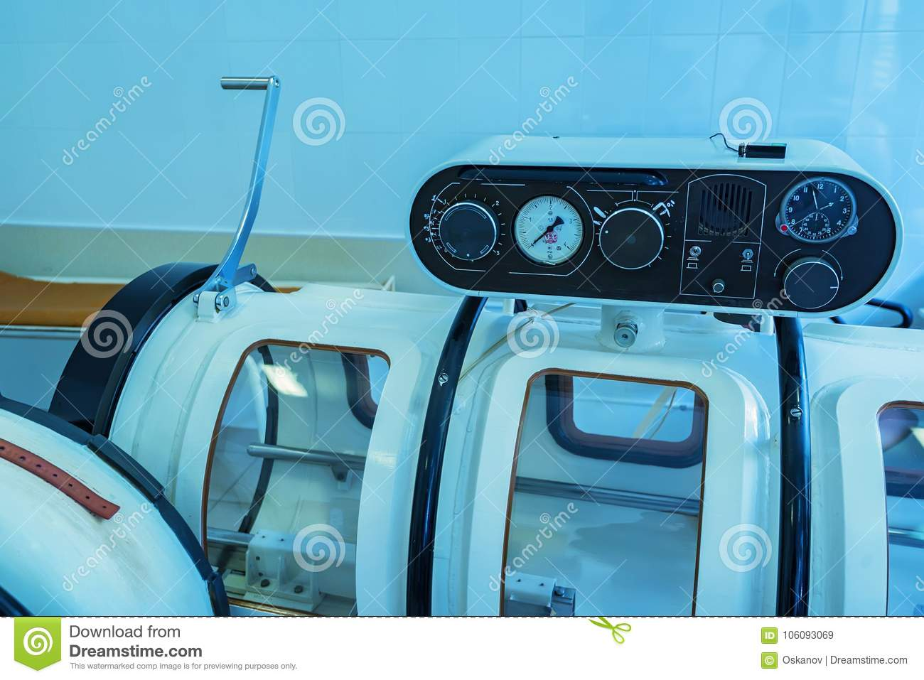 Hyperbaric oxygen therapy chamber tank
