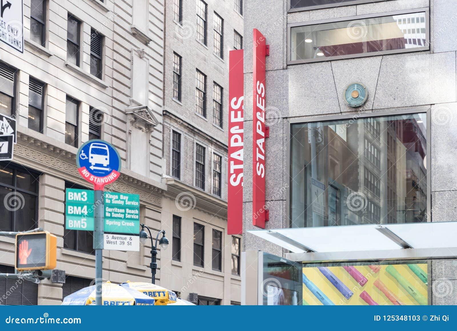 Hypermarché de bureau de Staples à New York City