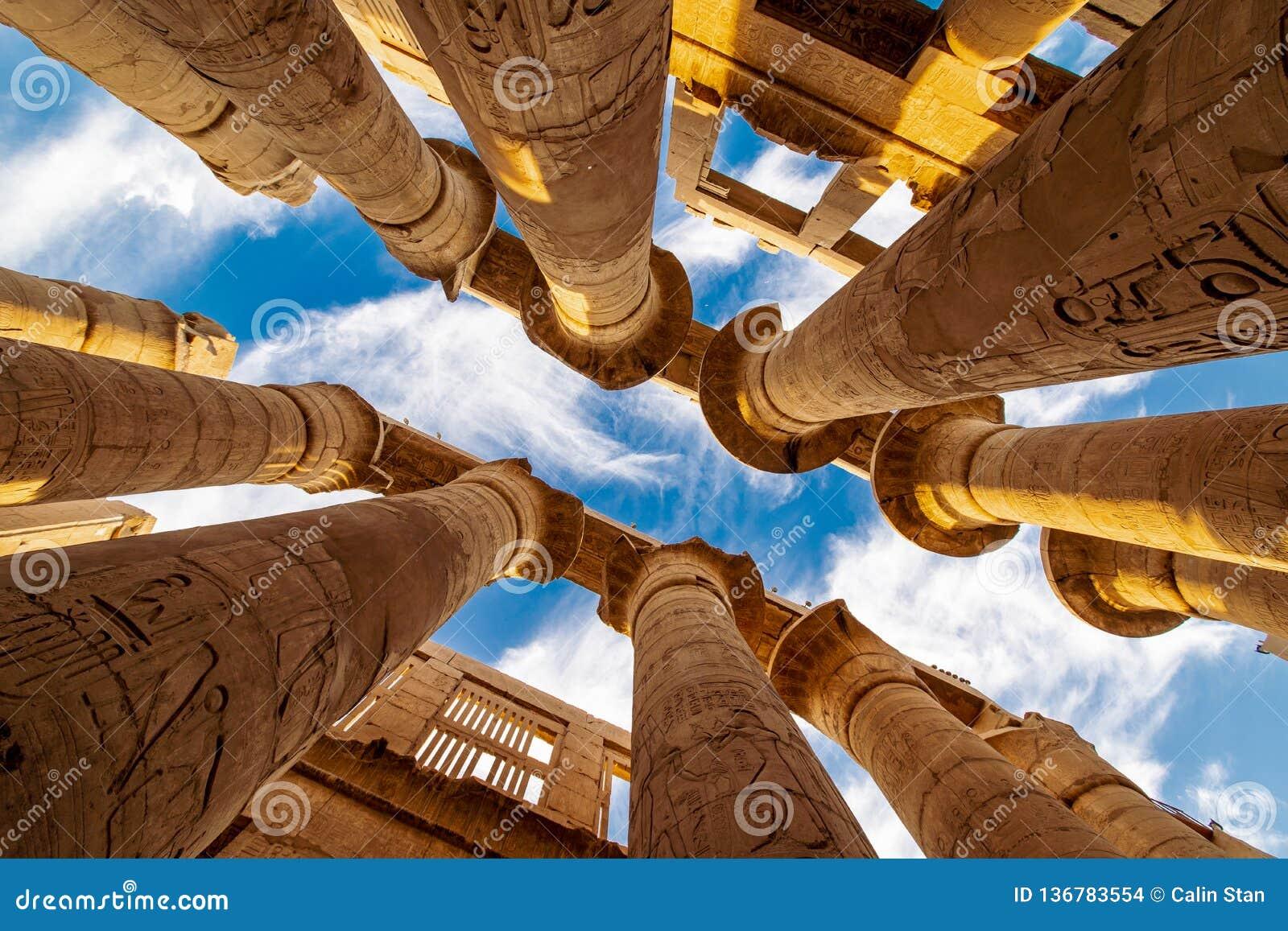 Hypostyle korridor i polisdistriktet av Amun som är beträffande på templet av Karnak Luxor