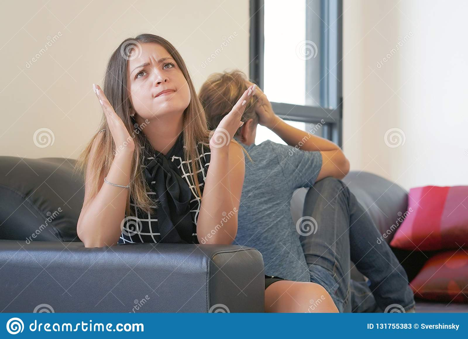 Hysterisk kvinna, skri, ilska, slut av långsiktig förbindelse, ett alkoholiserat, hemfallen partner för drog