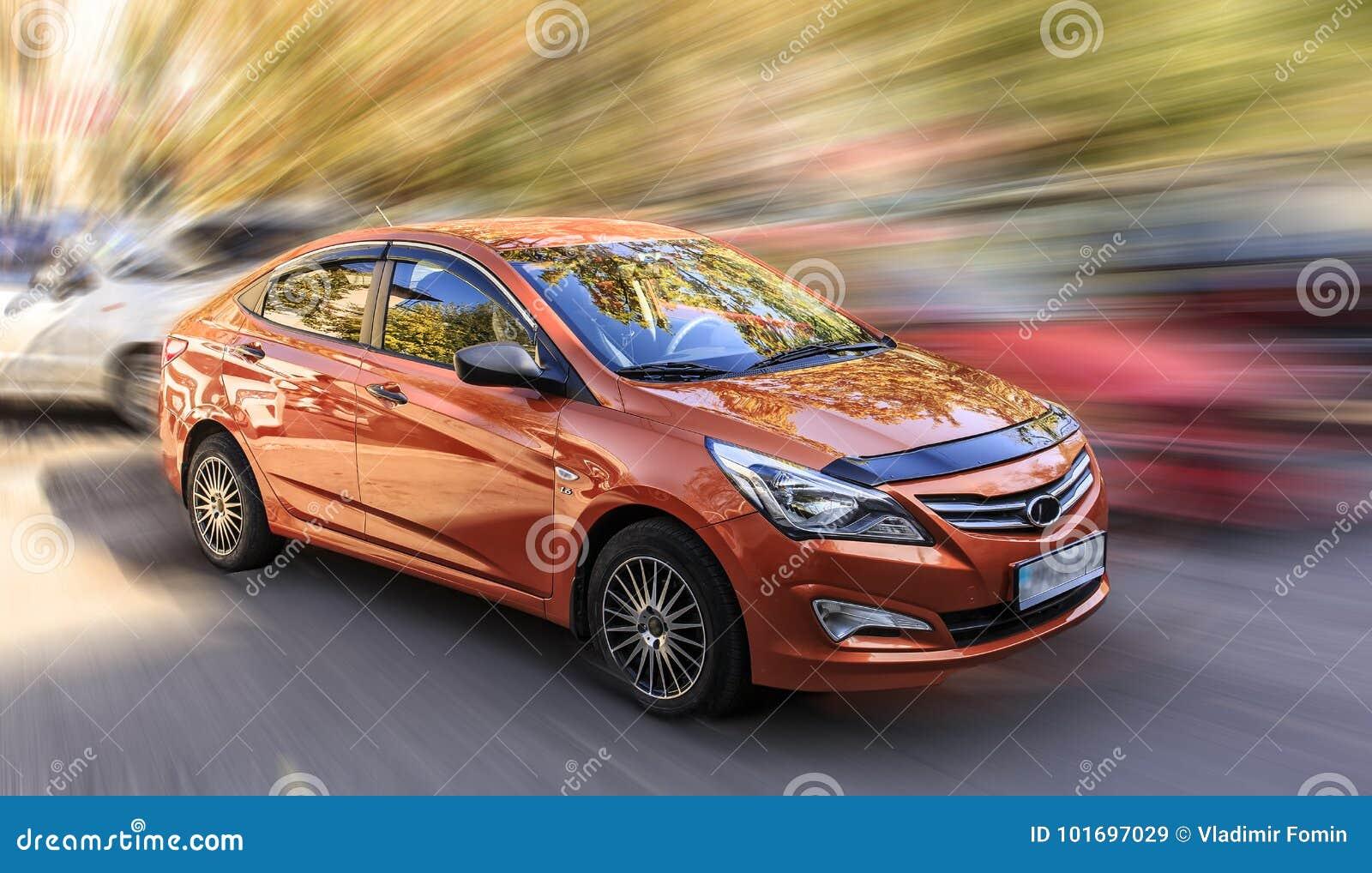Hyundai är en orange bil