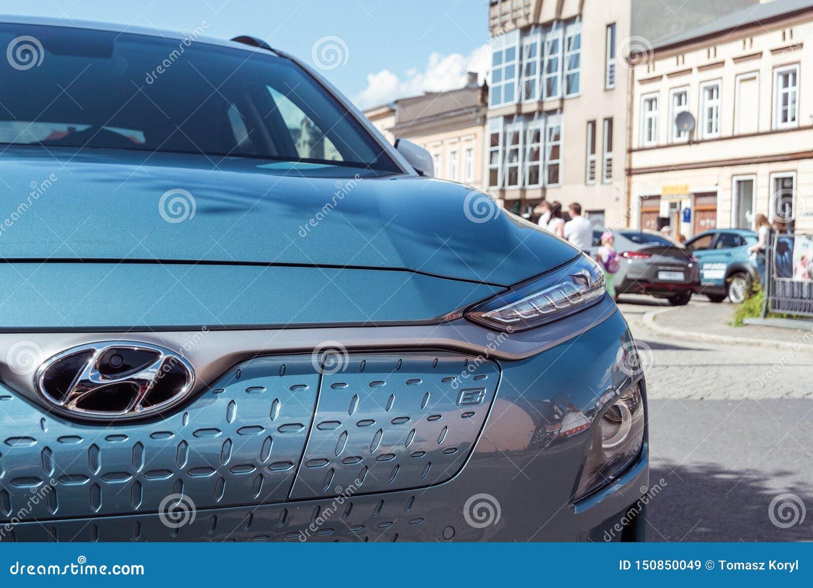 Hyundai Kona électrique - vue avant de voiture avec la lettre e qui signifie l e-mobilité