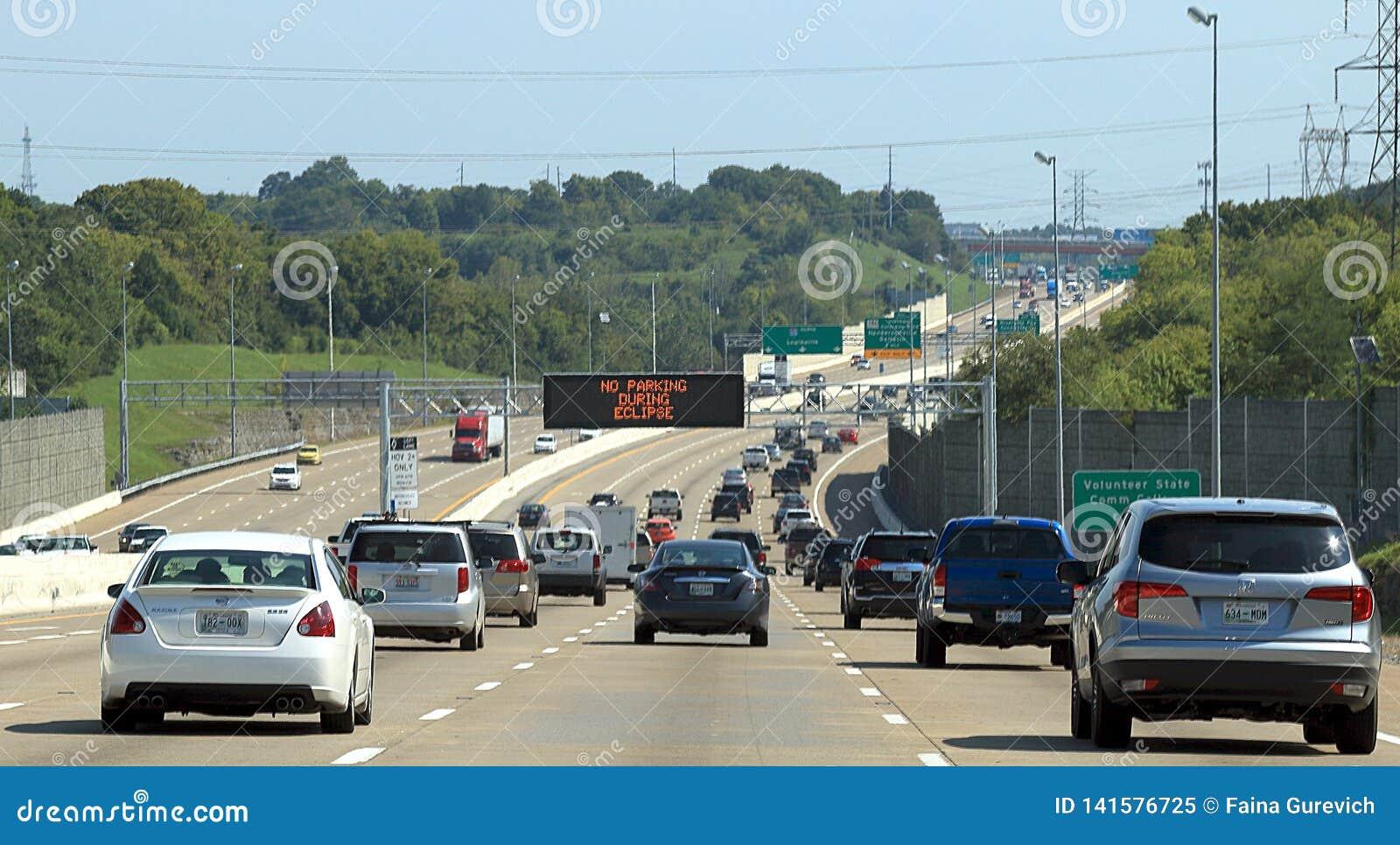 I-65在全日蚀前的一个小时在纳稀威,TN,与'在蚀的警告期间的禁止停车