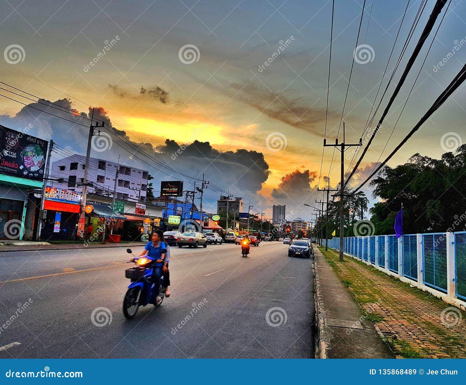 I aftonen av bygd med solnedgång på vägen Hatyai söder av Thailand askfat December 22 2018
