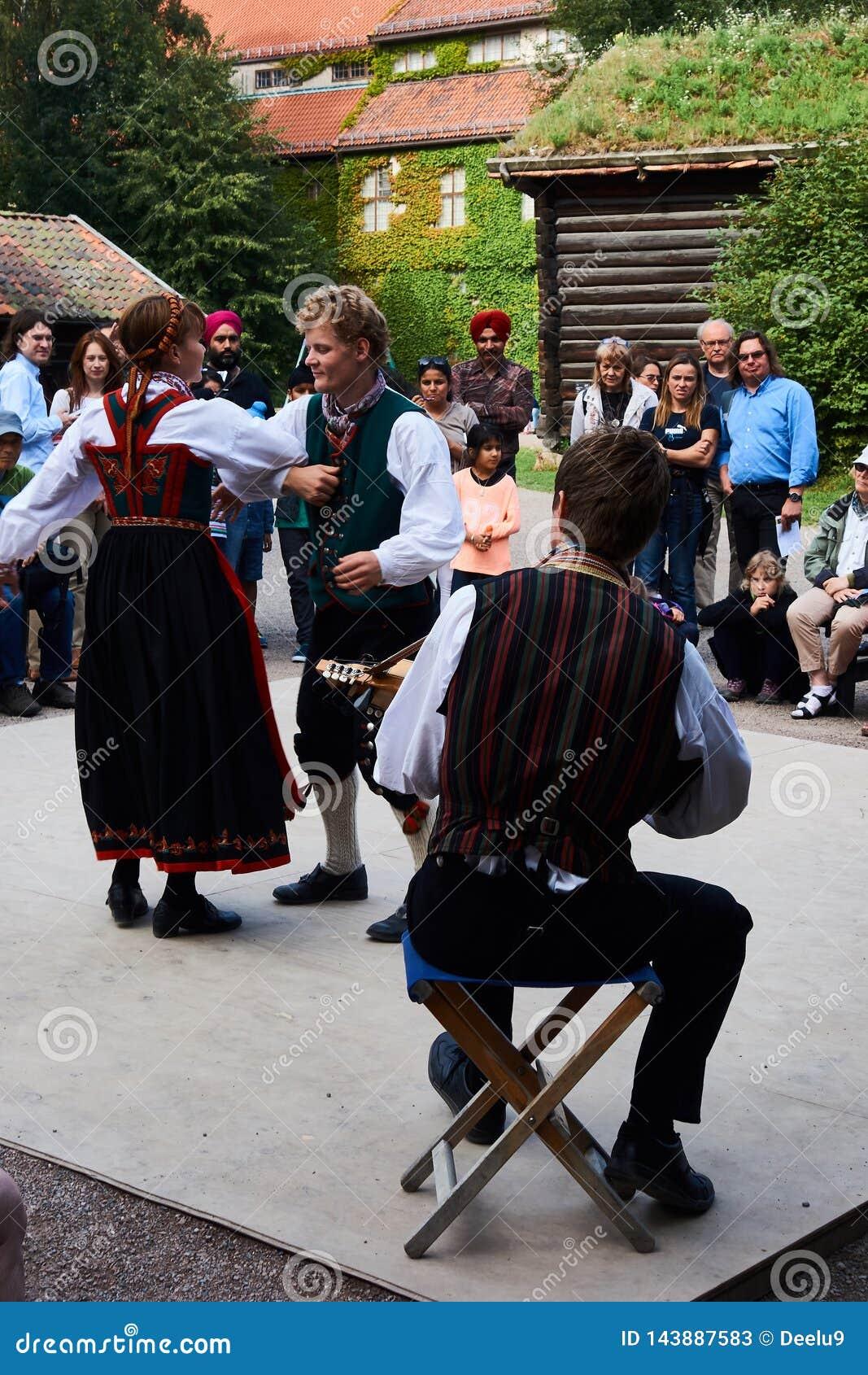 I ballerini di piega norvegesi tradizionali dentro skansen a Oslo