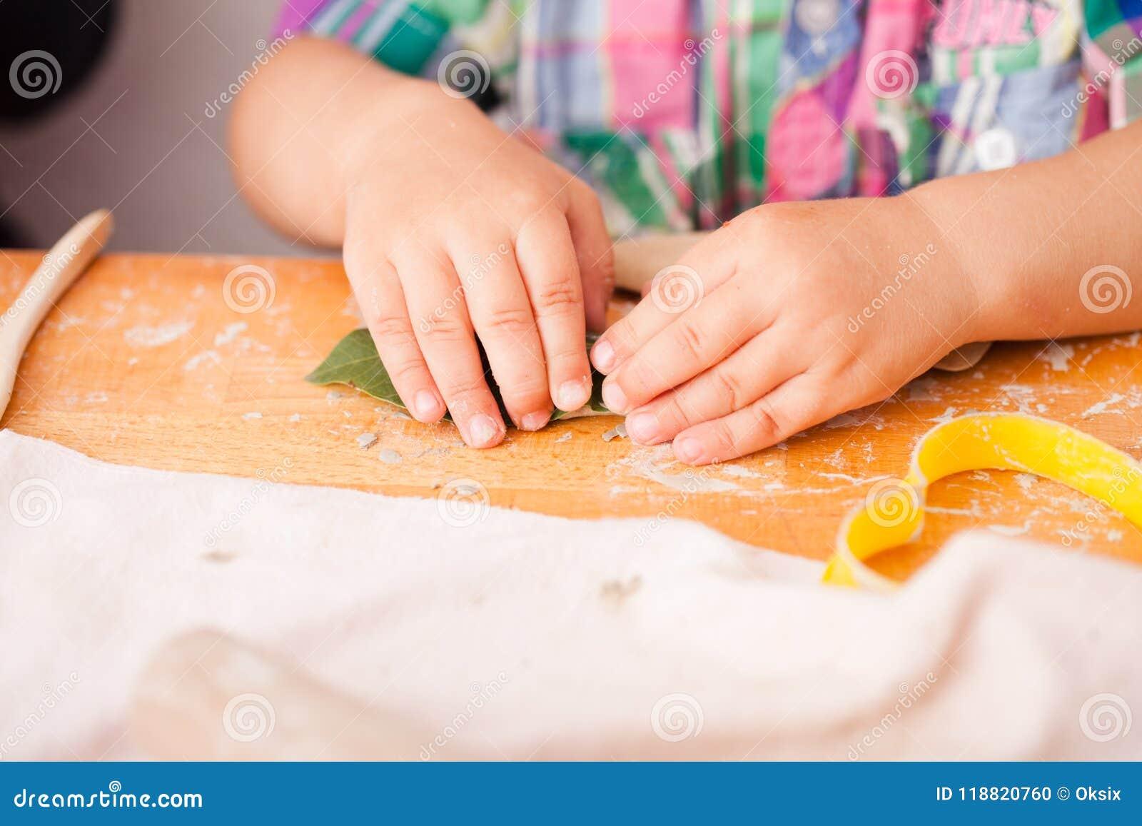 I bambini felici sono impegnati con argilla da modellare