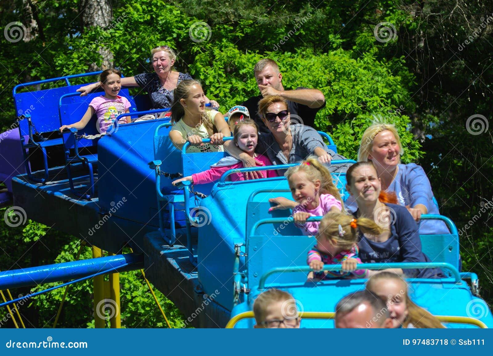 I bambini guidano sul carosello sul campo da gioco per bambini