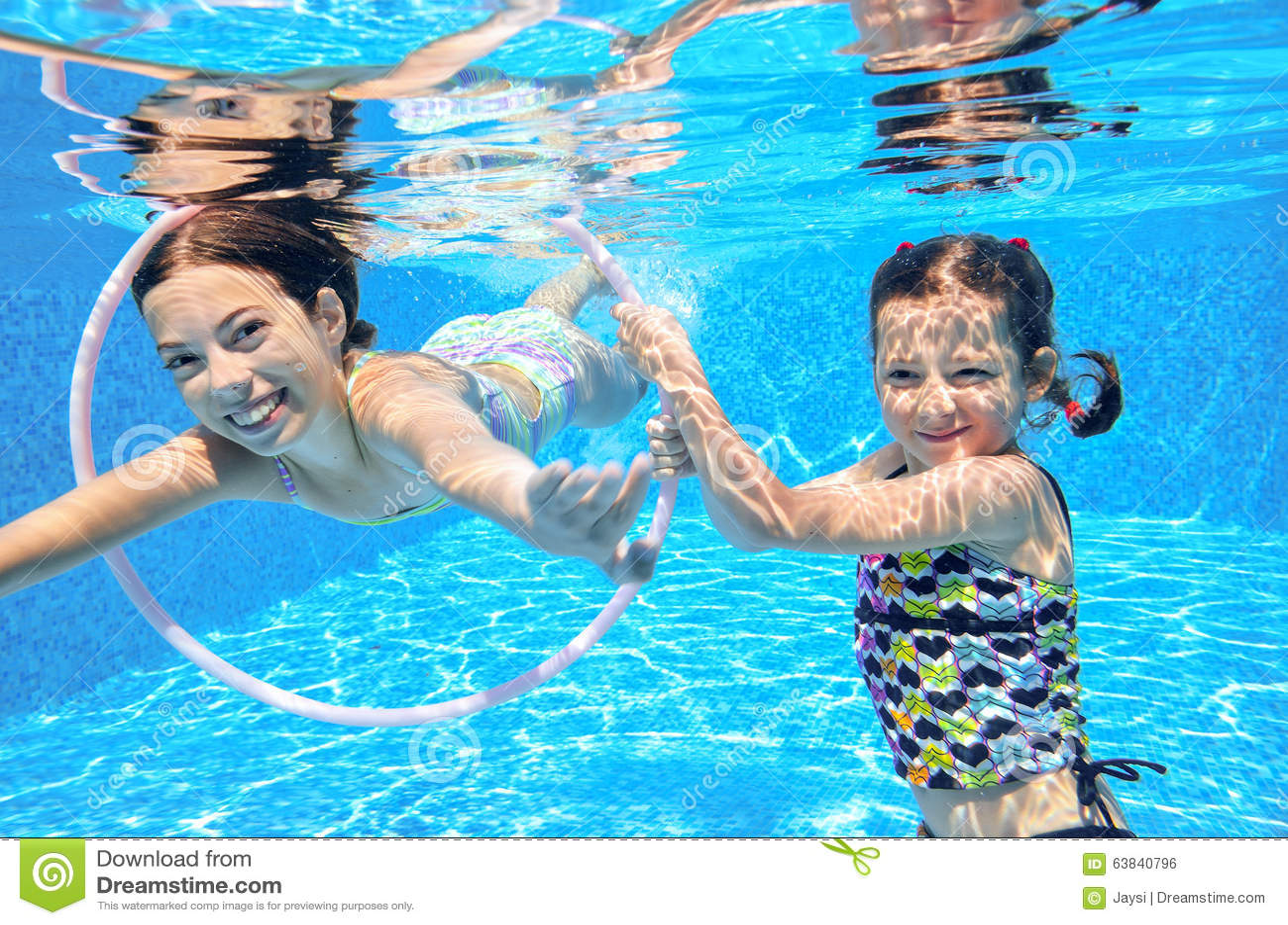 I bambini nuotano in stagno subacqueo, ragazze attive felici si divertono sotto l acqua, sport dei bambini