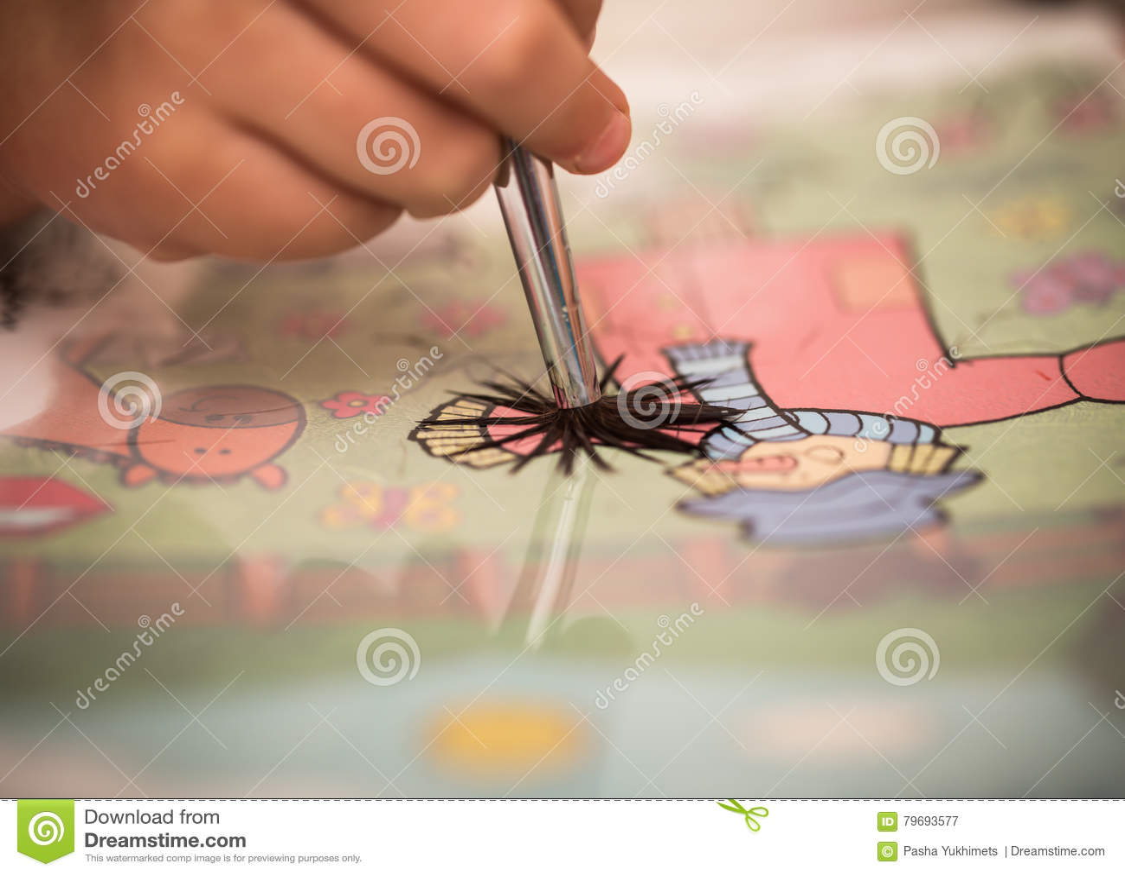 I bambini passano con le pitture di una spazzola su Libro Bianco