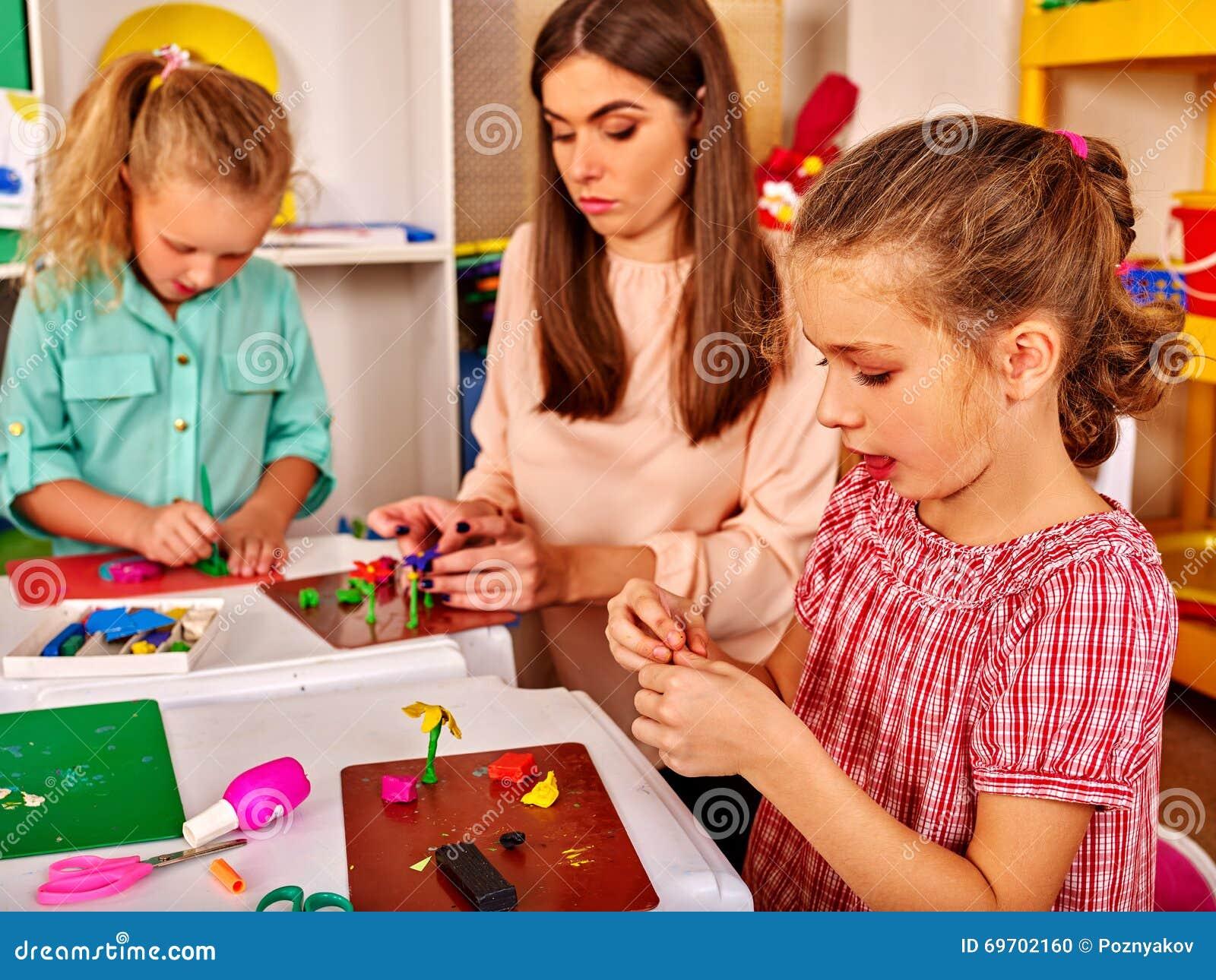 I bambini sono impegnati in argilla da modellare