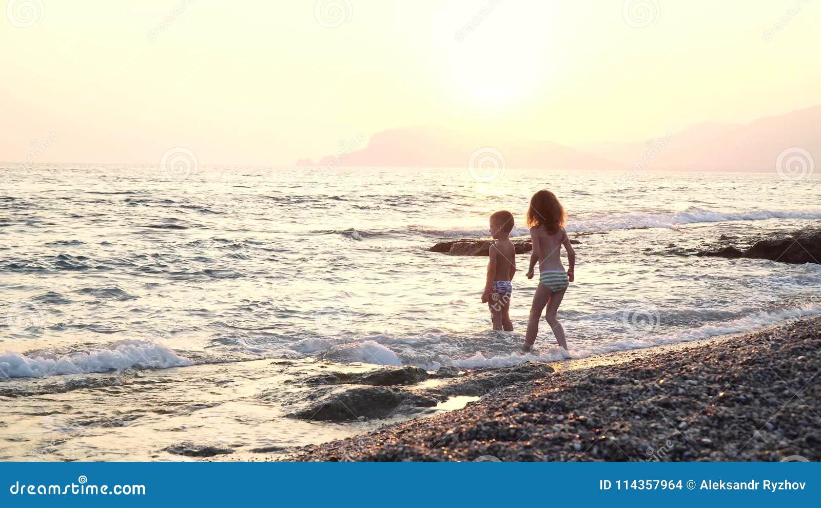 I Bambini Svegli E Divertenti Funziona Sullacqua Il Ragazzo E La