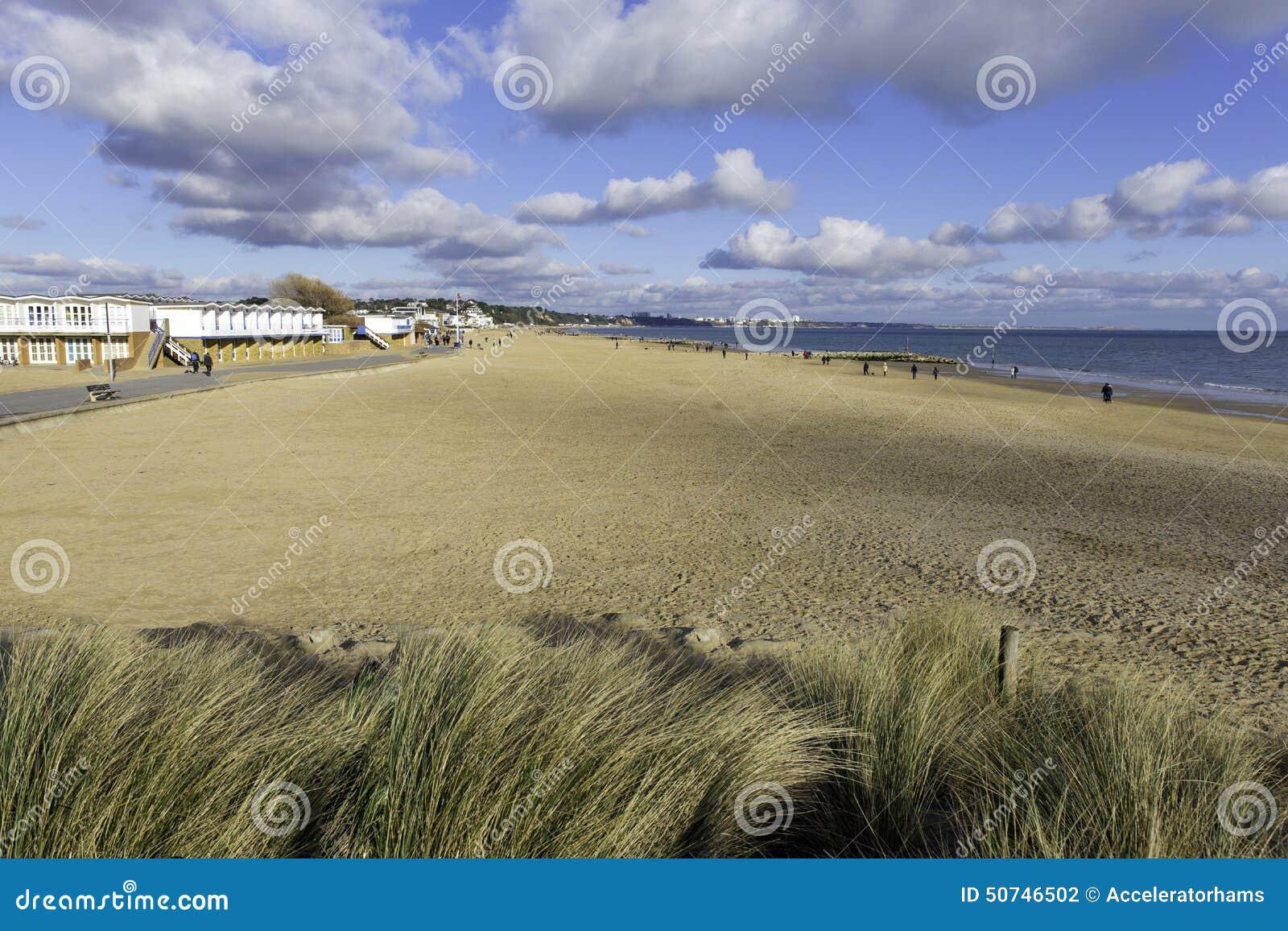 I banchi di sabbia tirano ed ondeggia Poole in secco Dorset Inghilterra Regno Unito