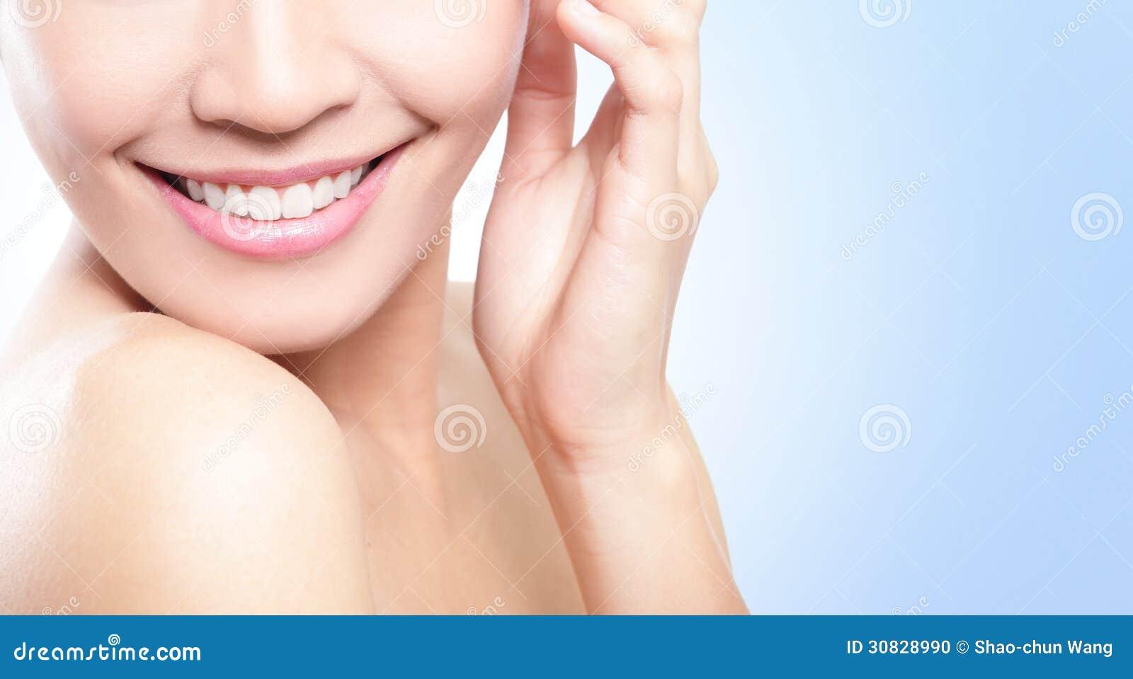 I bei denti della giovane donna si chiudono su