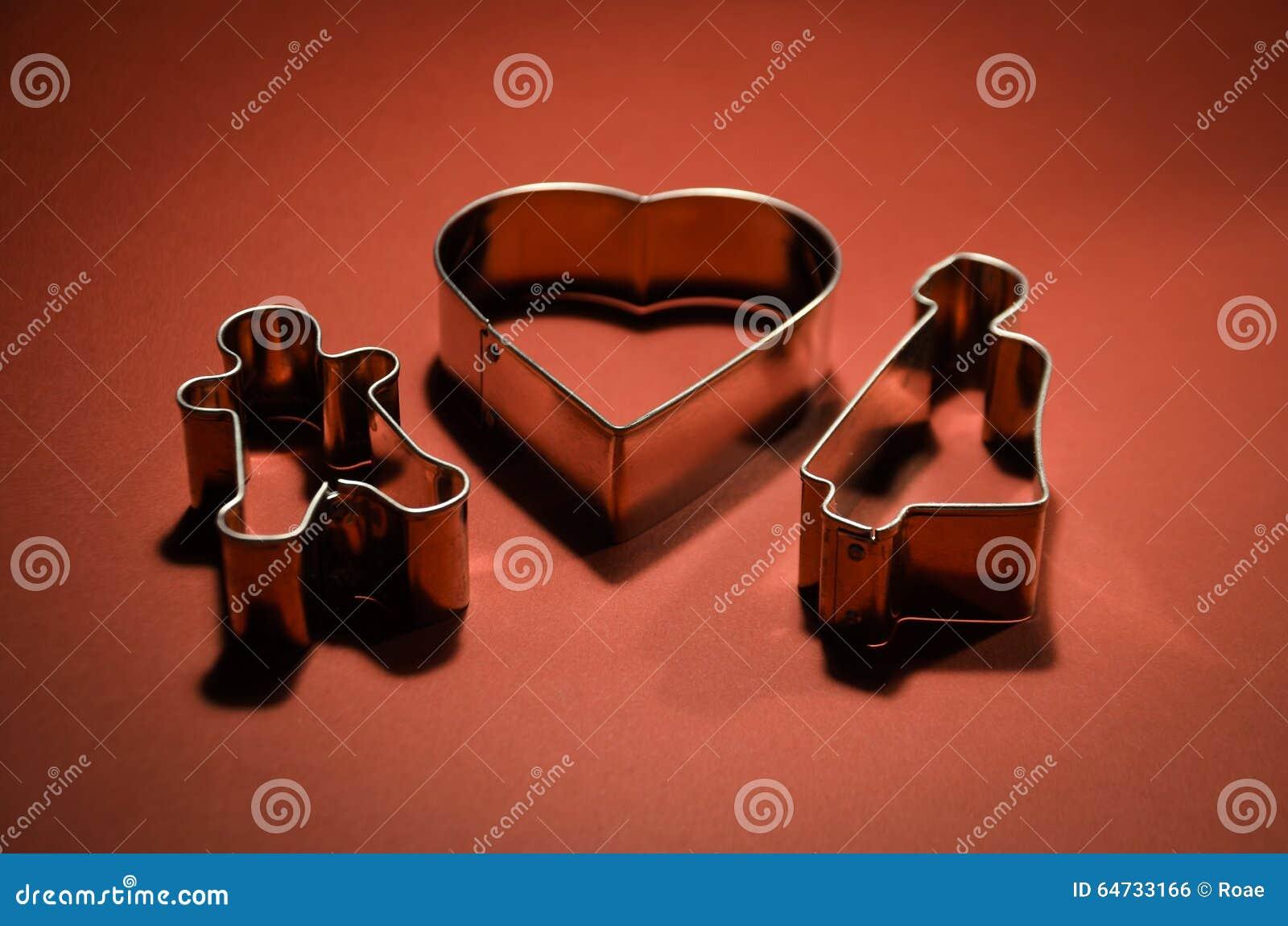 I biglietti di S. Valentino cardano con forma del cuore su fondo rosso vivo