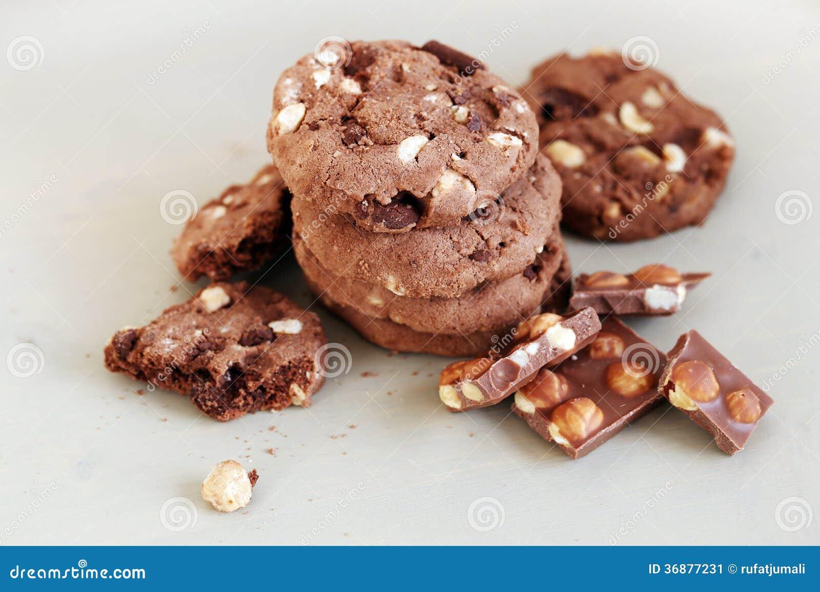 Download I Biscotti Deliziosi Con Cioccolato Mettono Su Una Tavola Immagine Stock - Immagine di culinario, cuocia: 36877231