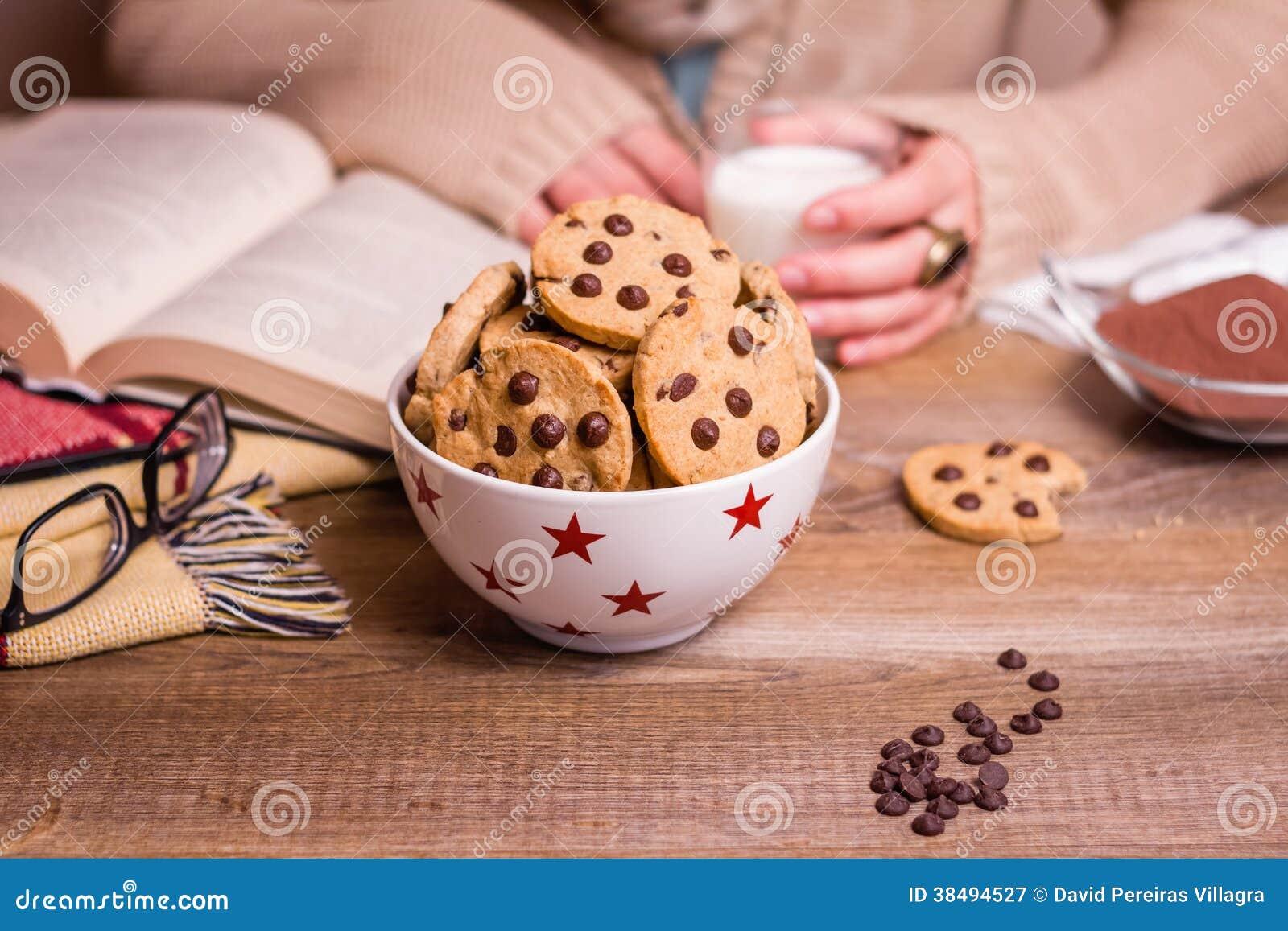 I biscotti di pepita di cioccolato sulle stelle lanciano sopra una tavola