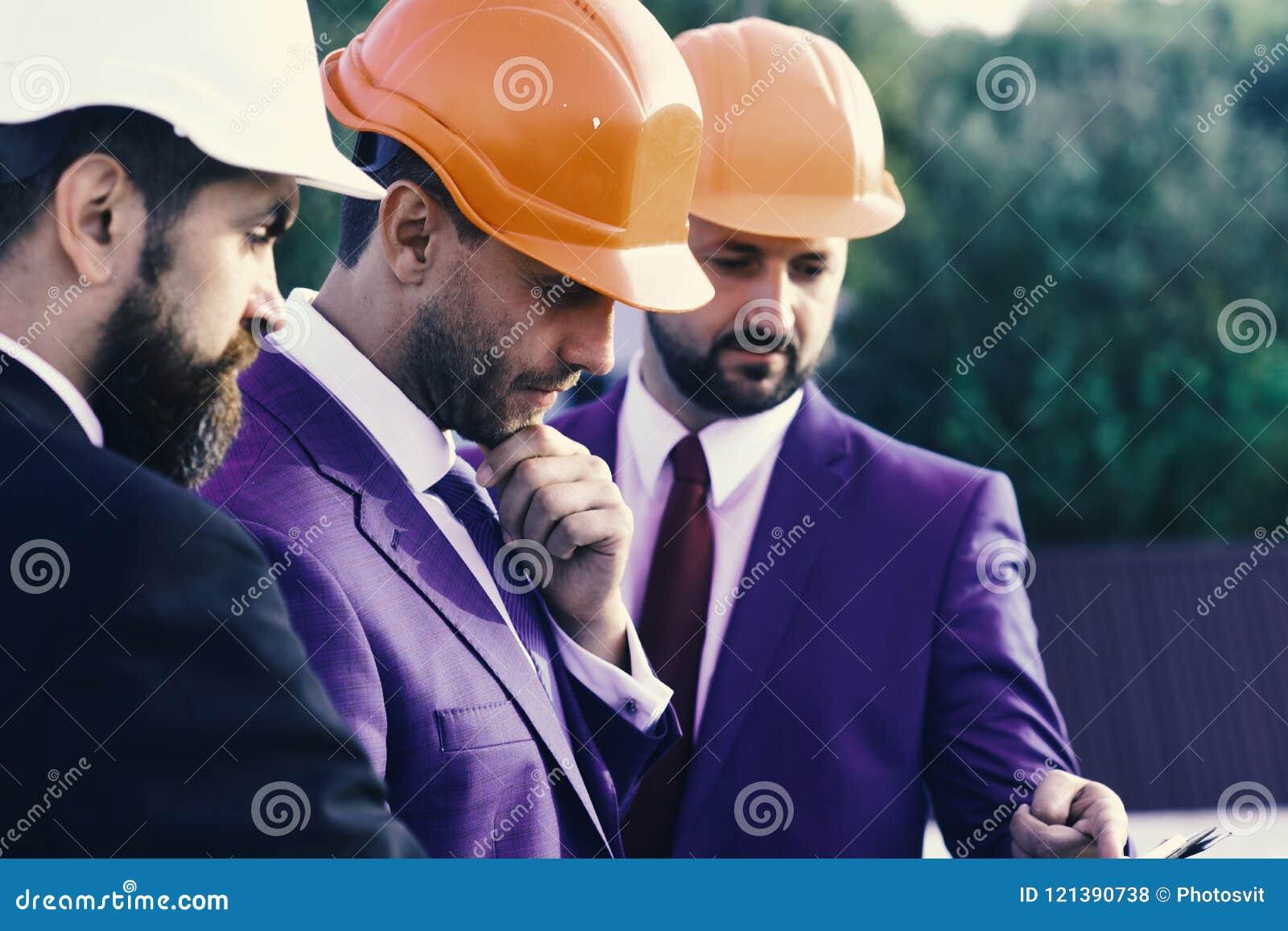 I capi con la barba ed i fronti premurosi discutono il piano