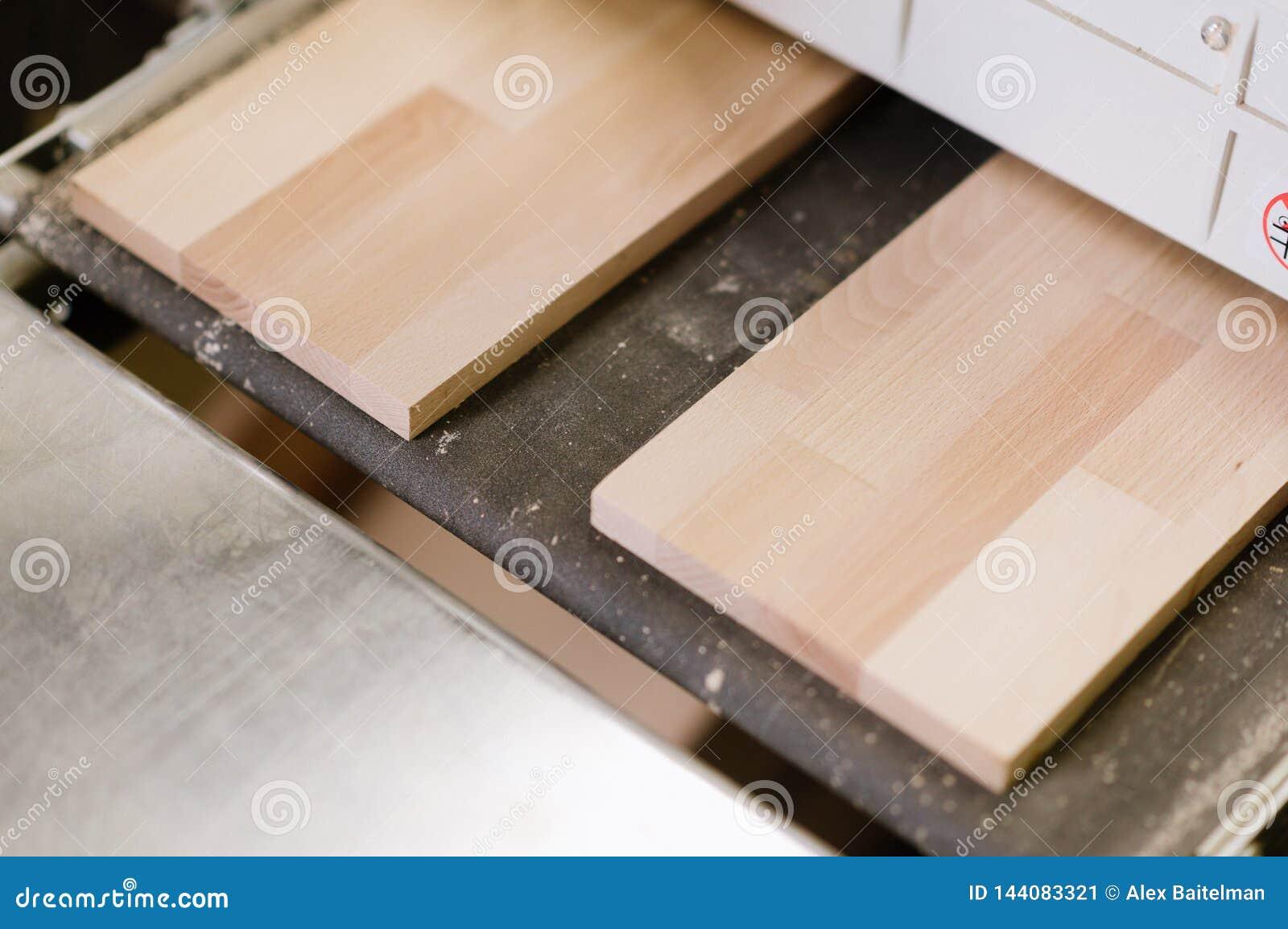 I capolavori su una macchina della molatura nell officina di carpenteria