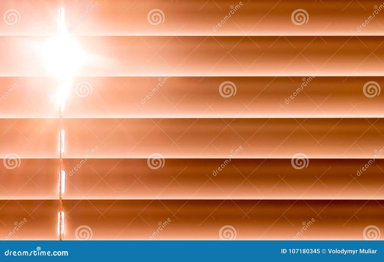 I ciechi orizzontali arancio sulla finestra creano un ritmo con la t