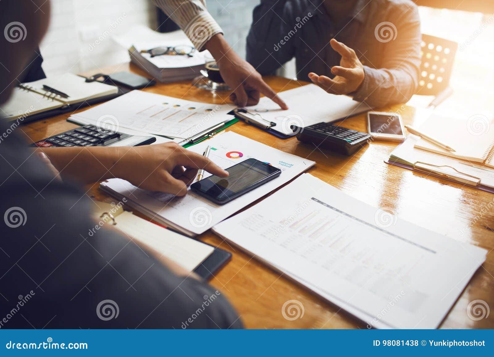 I colleghe sono consulenti sui documenti di affari, tassa