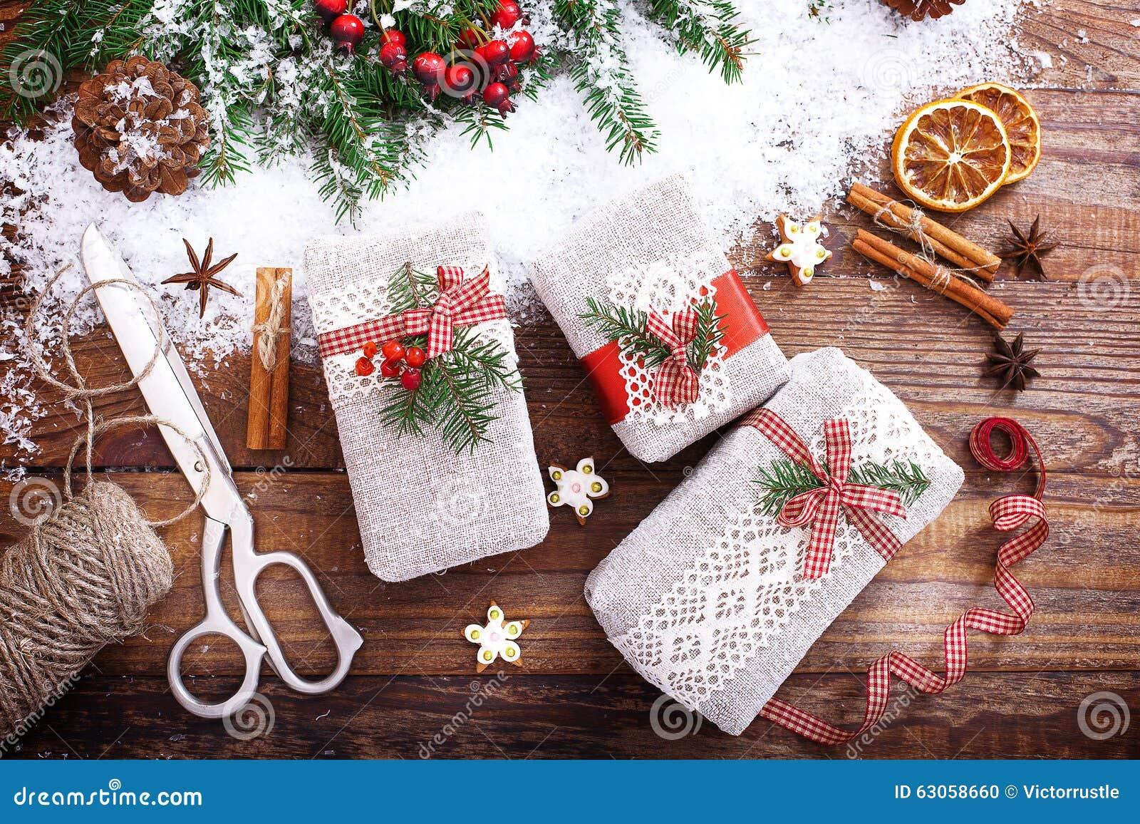 Albero Di Natale Fatto Con I Biscotti.I Contenitori Di Regalo Fatti A Mano Si Avvicinano All Albero Di