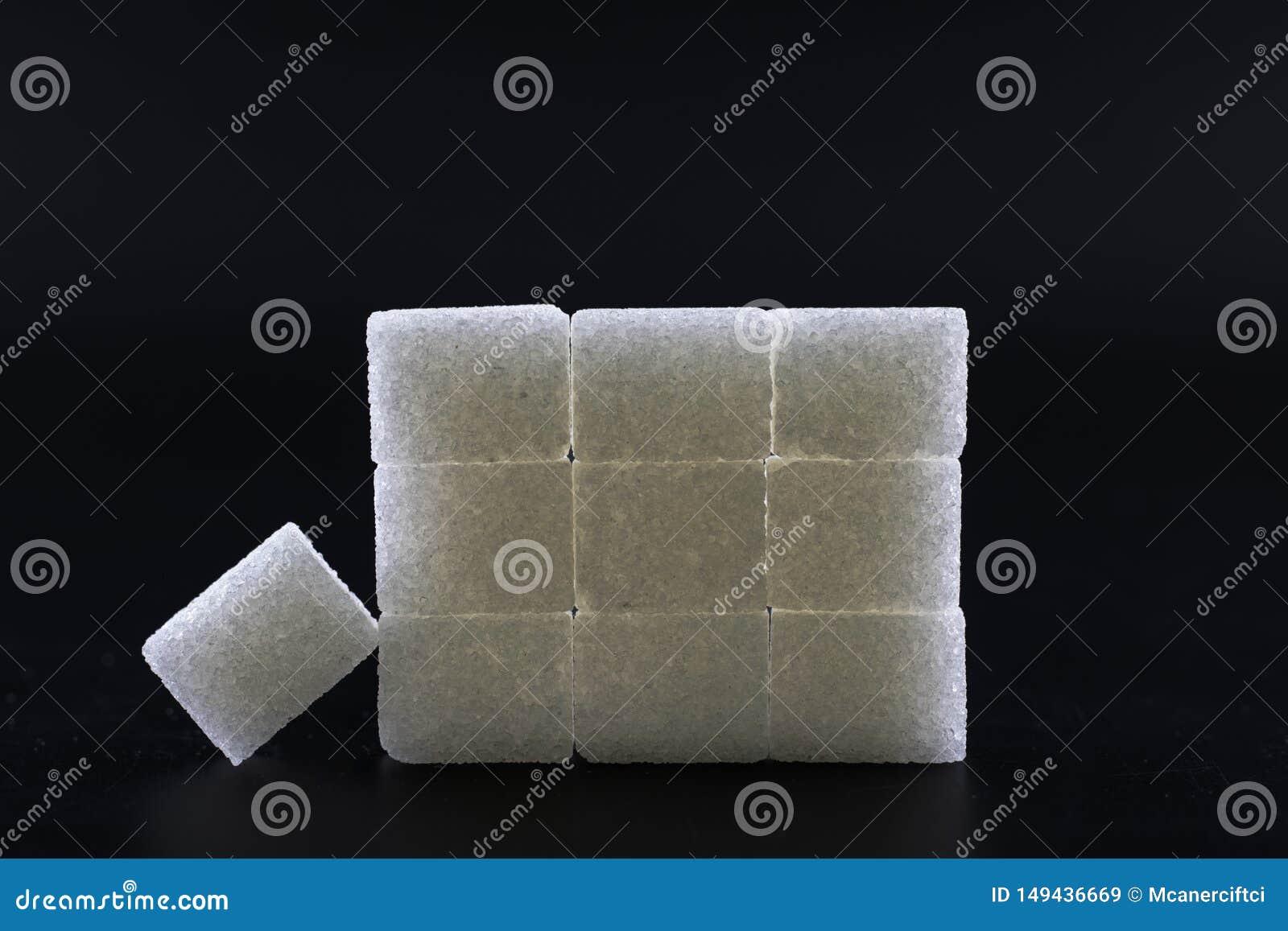 I cubi dello zucchero hanno allineato nella forma della piramide