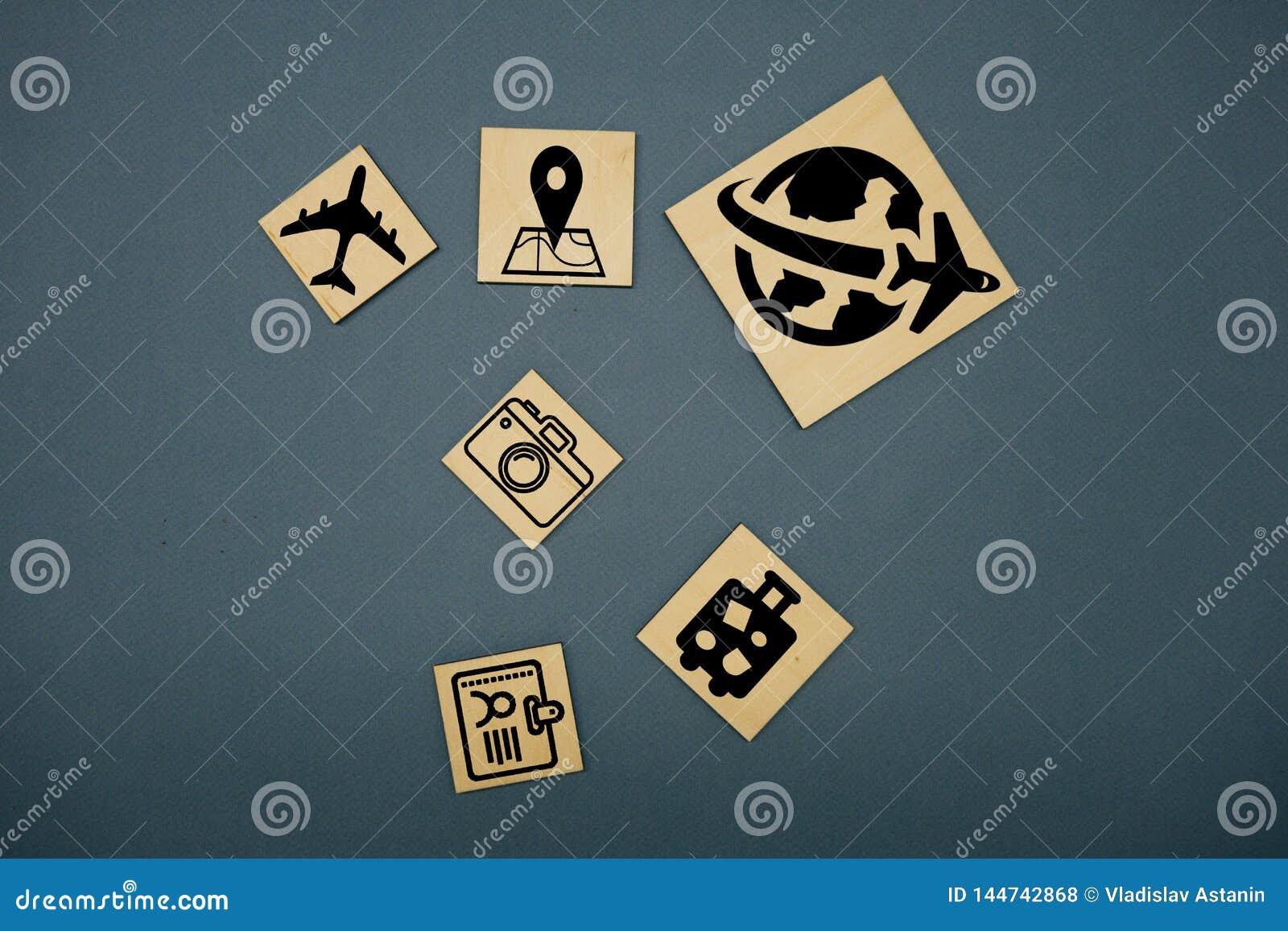 I cubi taglia con i simboli di viaggio e la parola tedesca per il viaggio - Reise