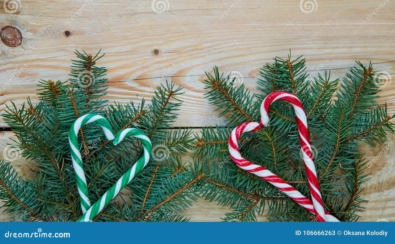 Dolci Per Il Giorno Di Natale.I Cuori Verdi E Rossi Dei Coni Della Caramella Sull Albero