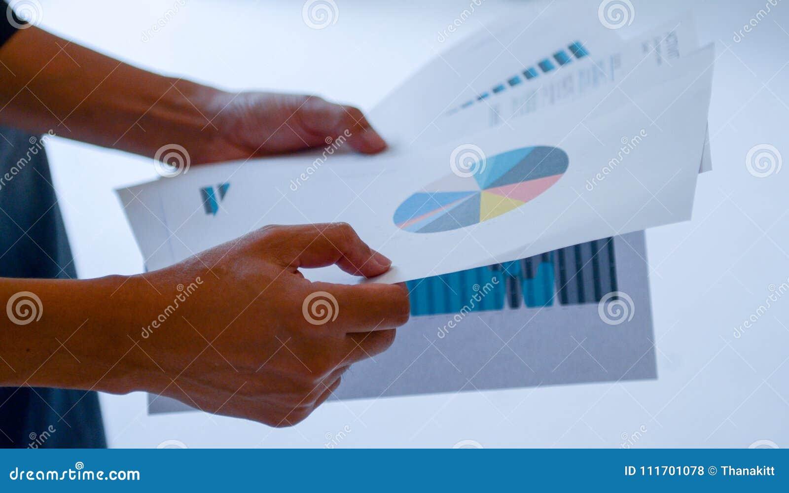 I dati della lettura dell uomo del grafico finanziario