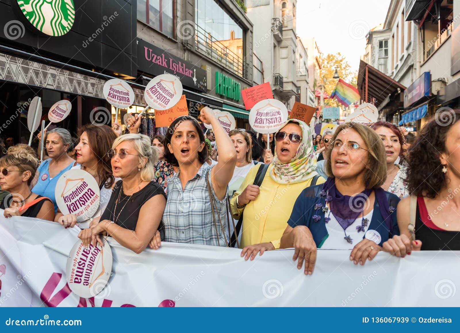 I dimostranti delle donne si radunano in kadikoy contro i vestiti d interferenza delle donne