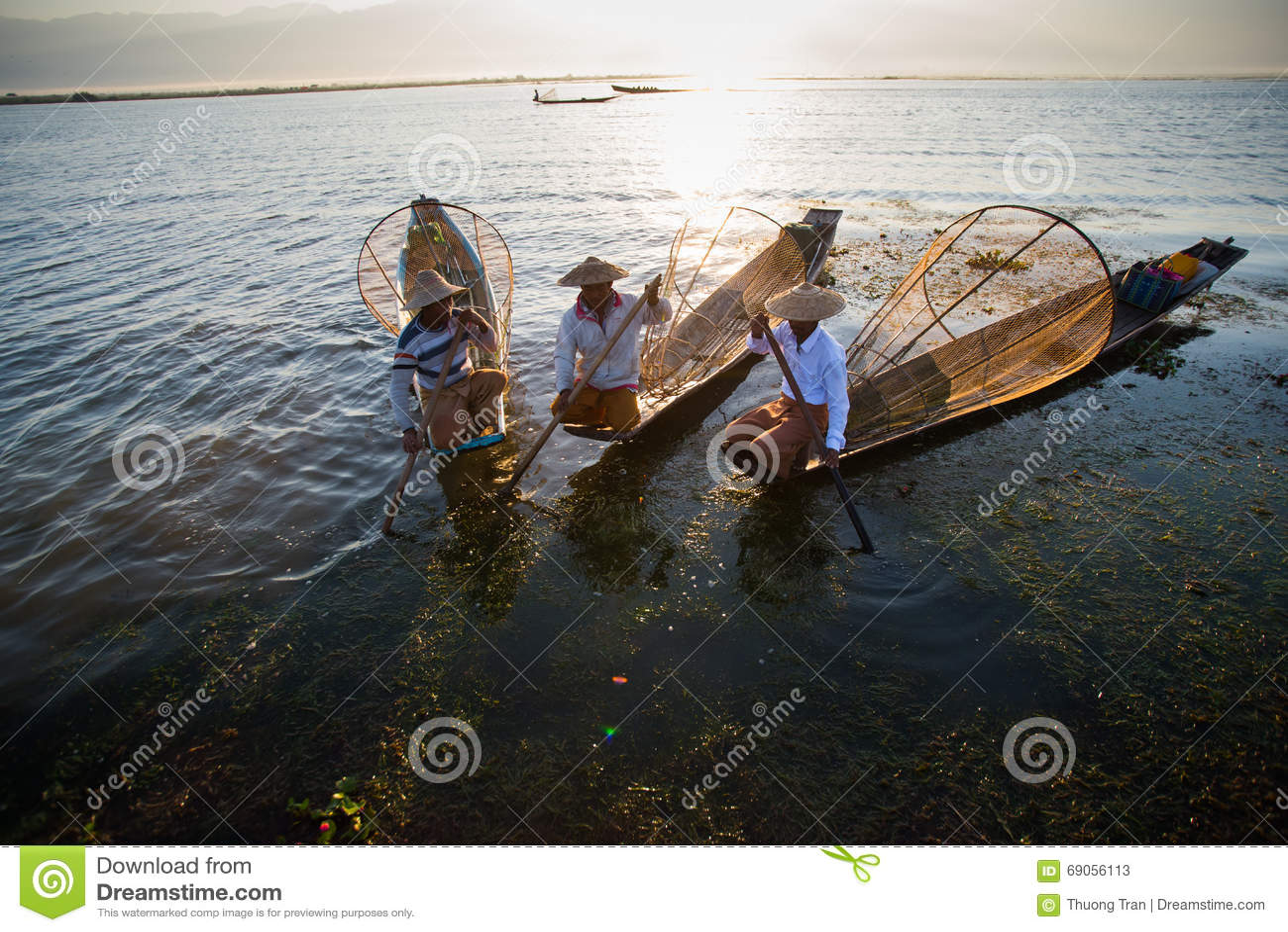 I fermi dei pescatori pescano per alimento nell alba nel lago Inle