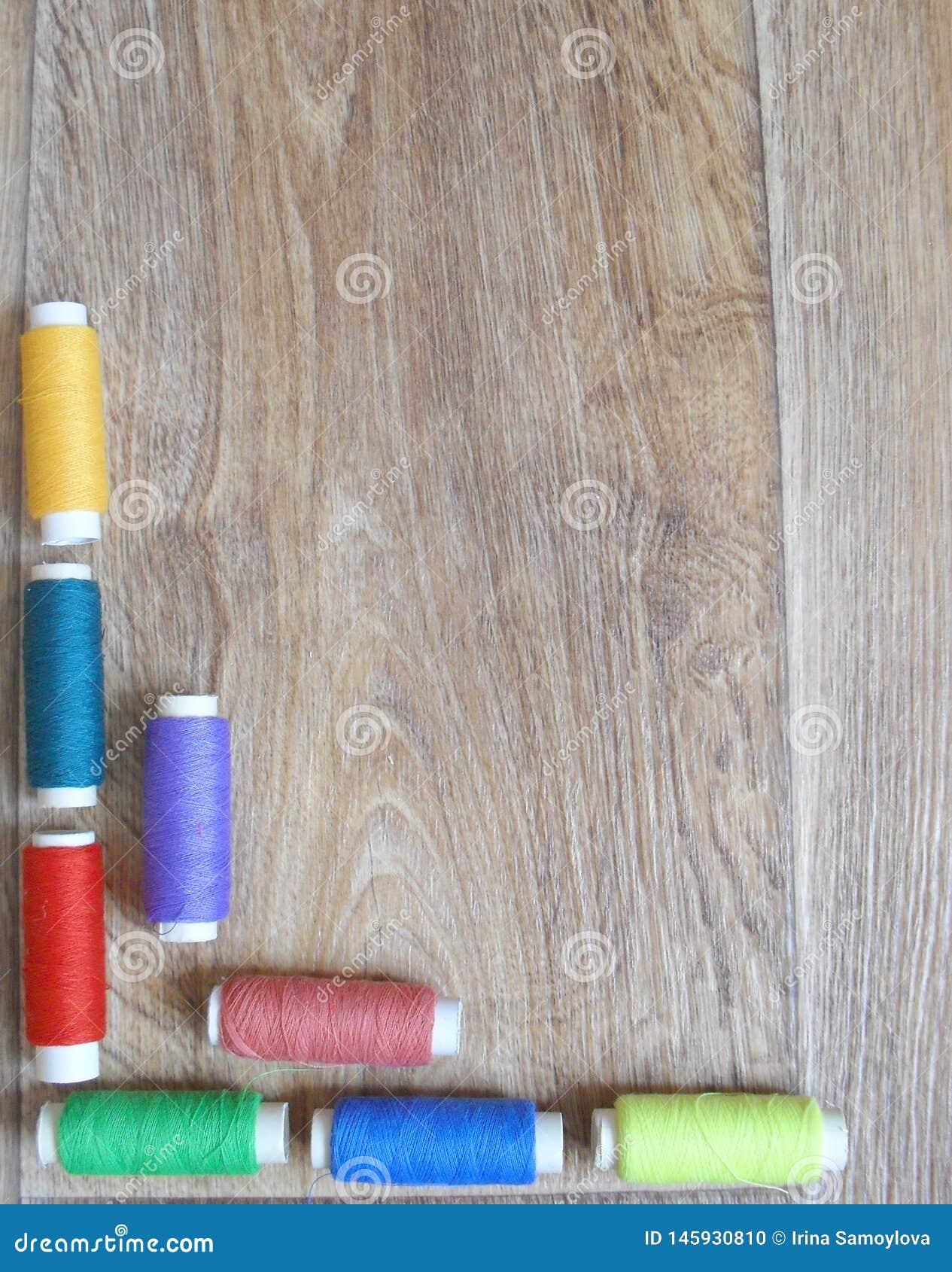 I fili incorniciano su fondo di legno