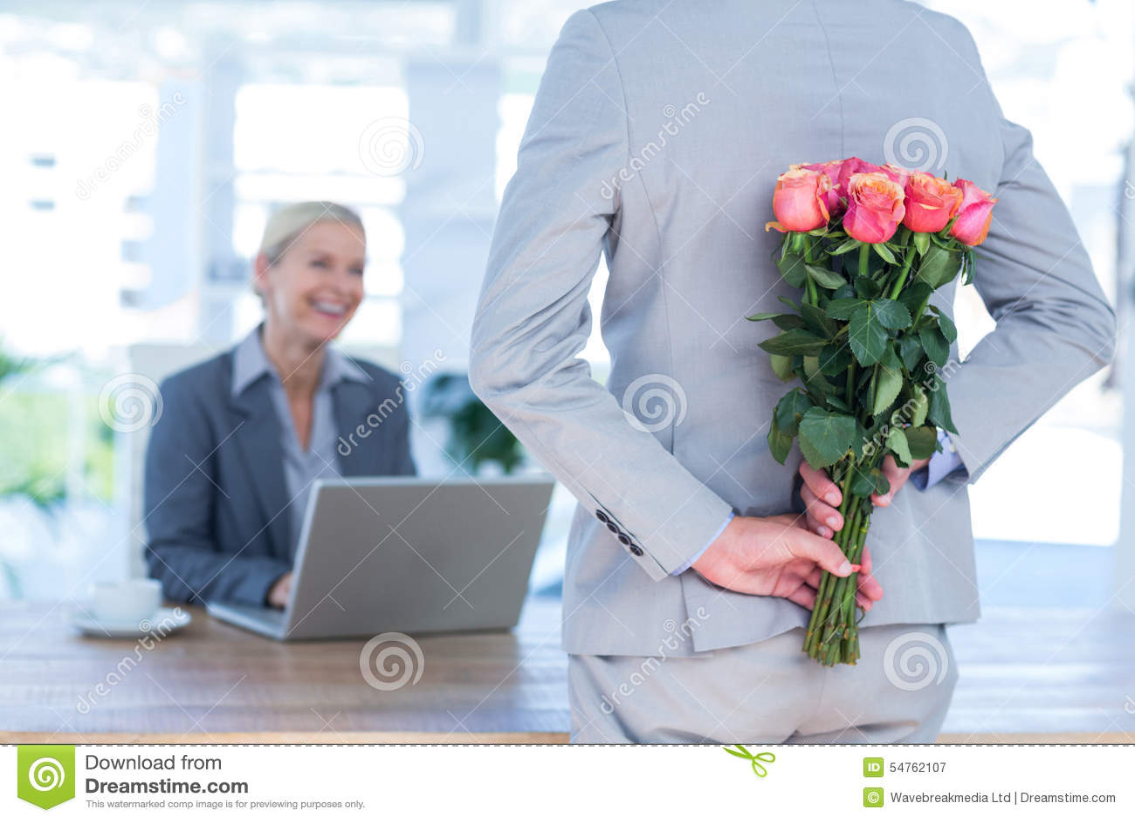 I fiori nascondentesi dell uomo d affari dietro appoggiano per il collega