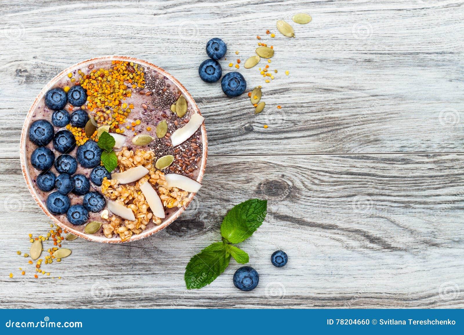 I frullati dei superfoods della prima colazione di Acai lanciano completato con il chia, semi di zucca e del lino, polline dell a
