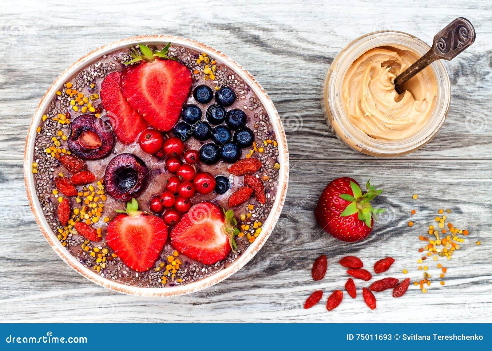 I frullati dei superfoods della prima colazione di Acai lanciano con i semi di chia, il polline dell ape, le guarnizioni della ba