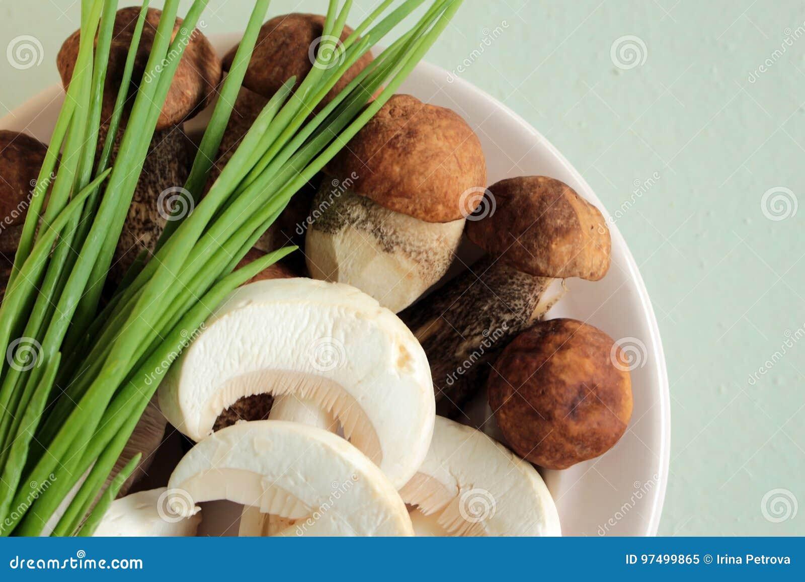 I funghi nel piatto con le cipolle verdi