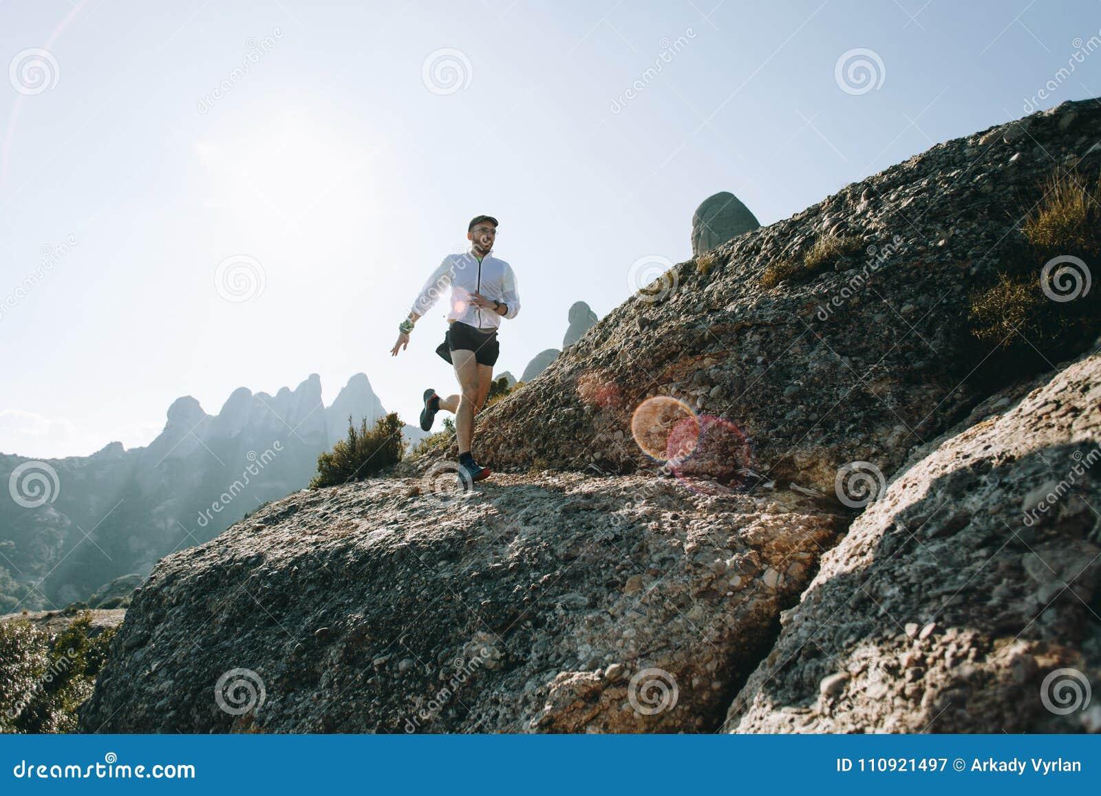 I funzionamenti atletici dell uomo forte trascinano ultra maratona