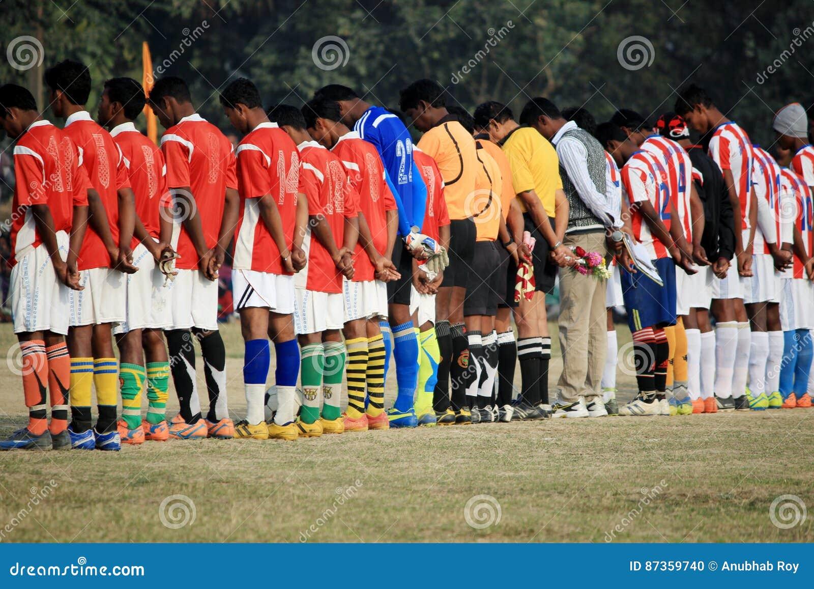 I giocatori stanno partecipando ad una cerimonia di condoglianza appena prima l inizio del gioco
