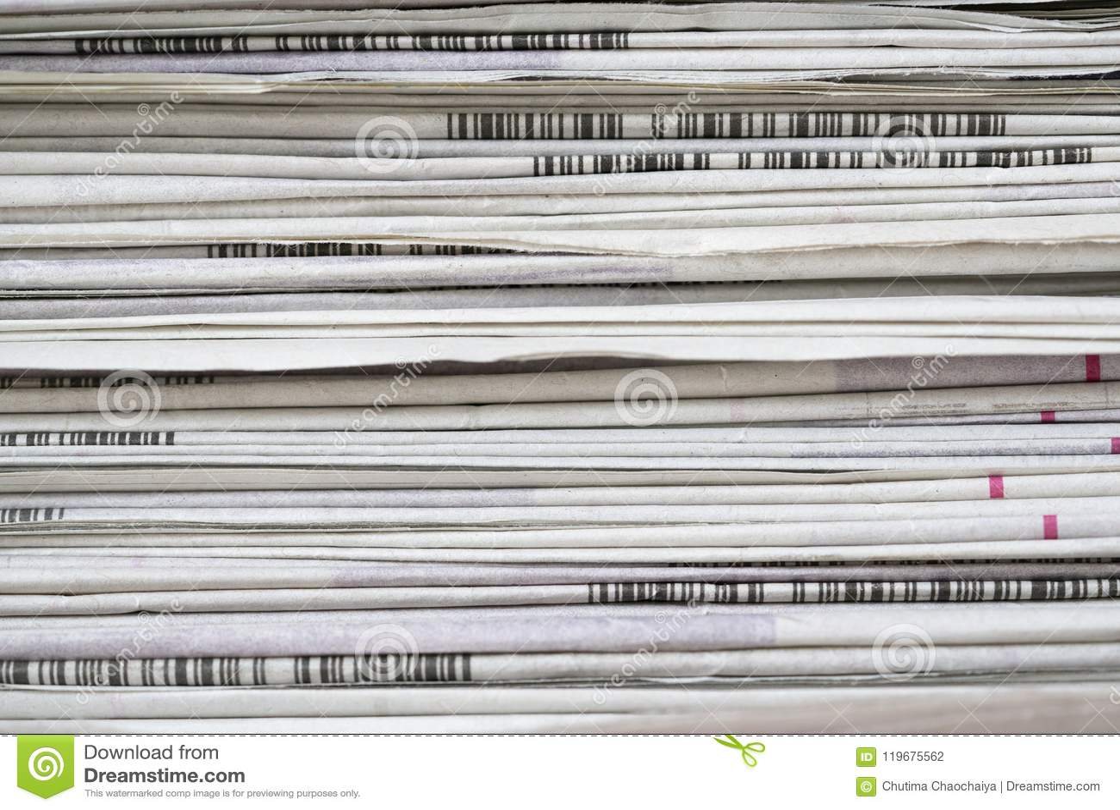 I giornali hanno piegato ed impilato il fondo sulla tavola