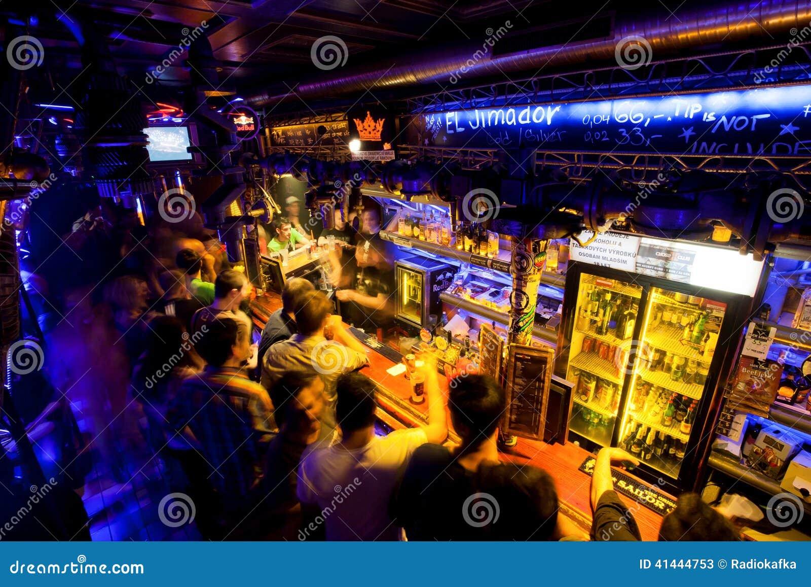 I giovani che aspettano l alcool beve sulla barra