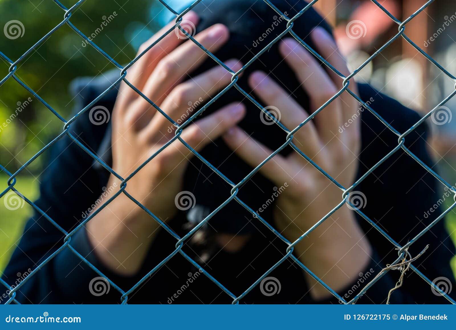 I giovani hes non identificabili della tenuta dell adolescente si dirigono all istituto correttivo, immagine concettuale della de