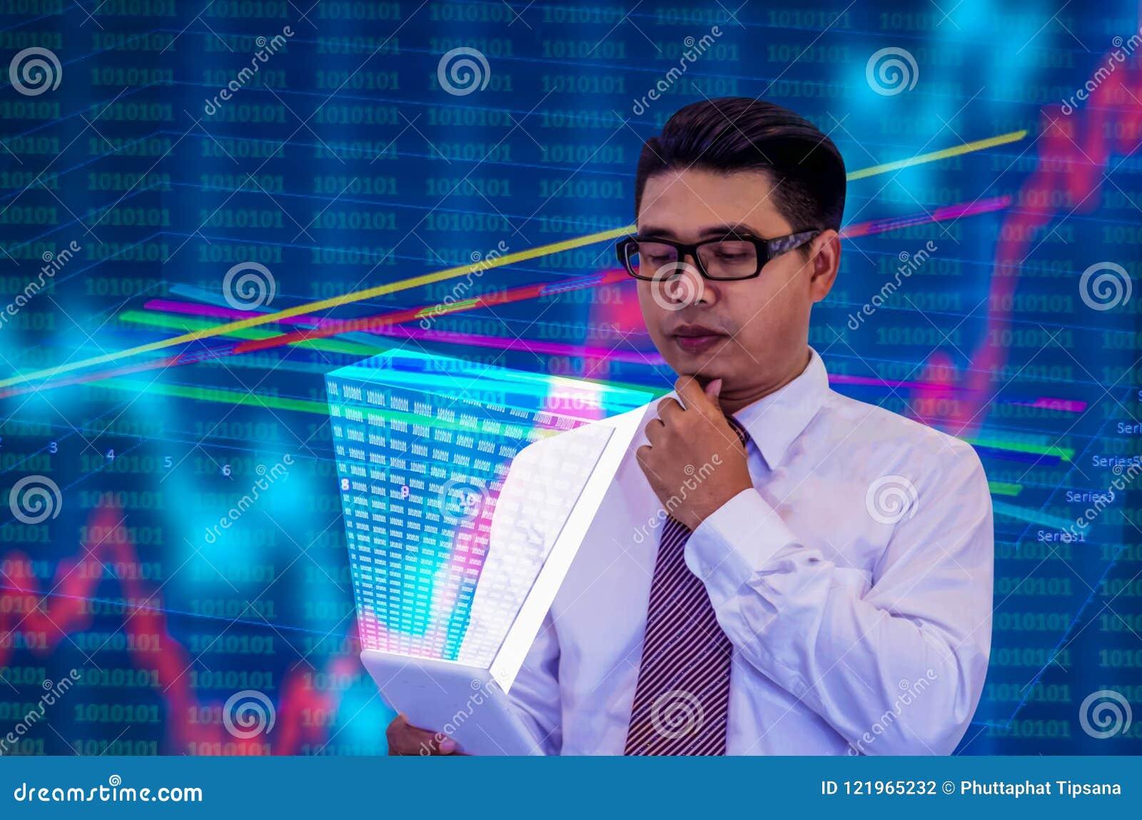 I giovani uomini d affari asiatici, vetri neri d uso e maniche lunghe bianche, guardano la compressa con un ologramma, la mentali